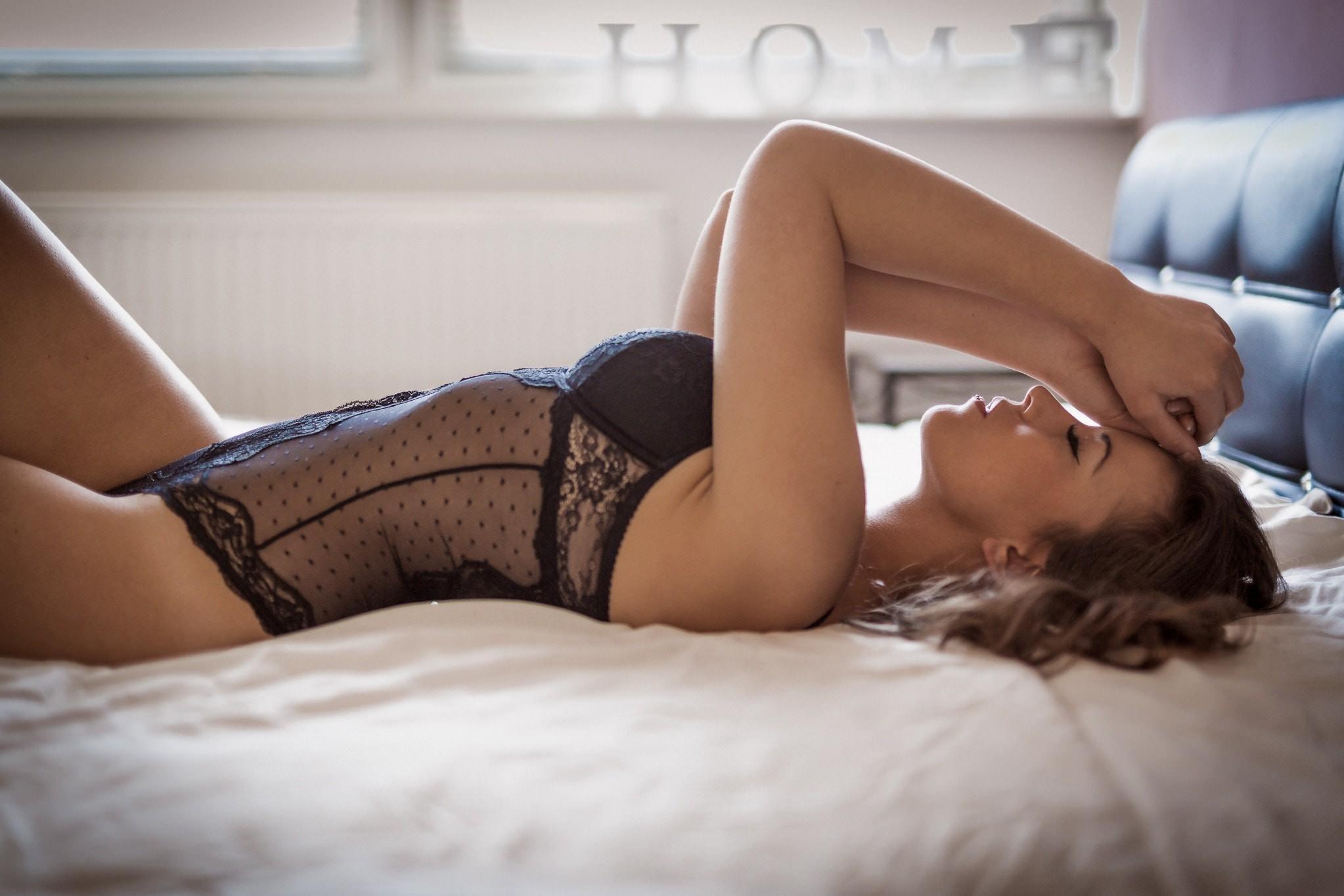 Фото Сексуальная девушка в черном прозрачном боди, постель, скачать картинку бесплатно