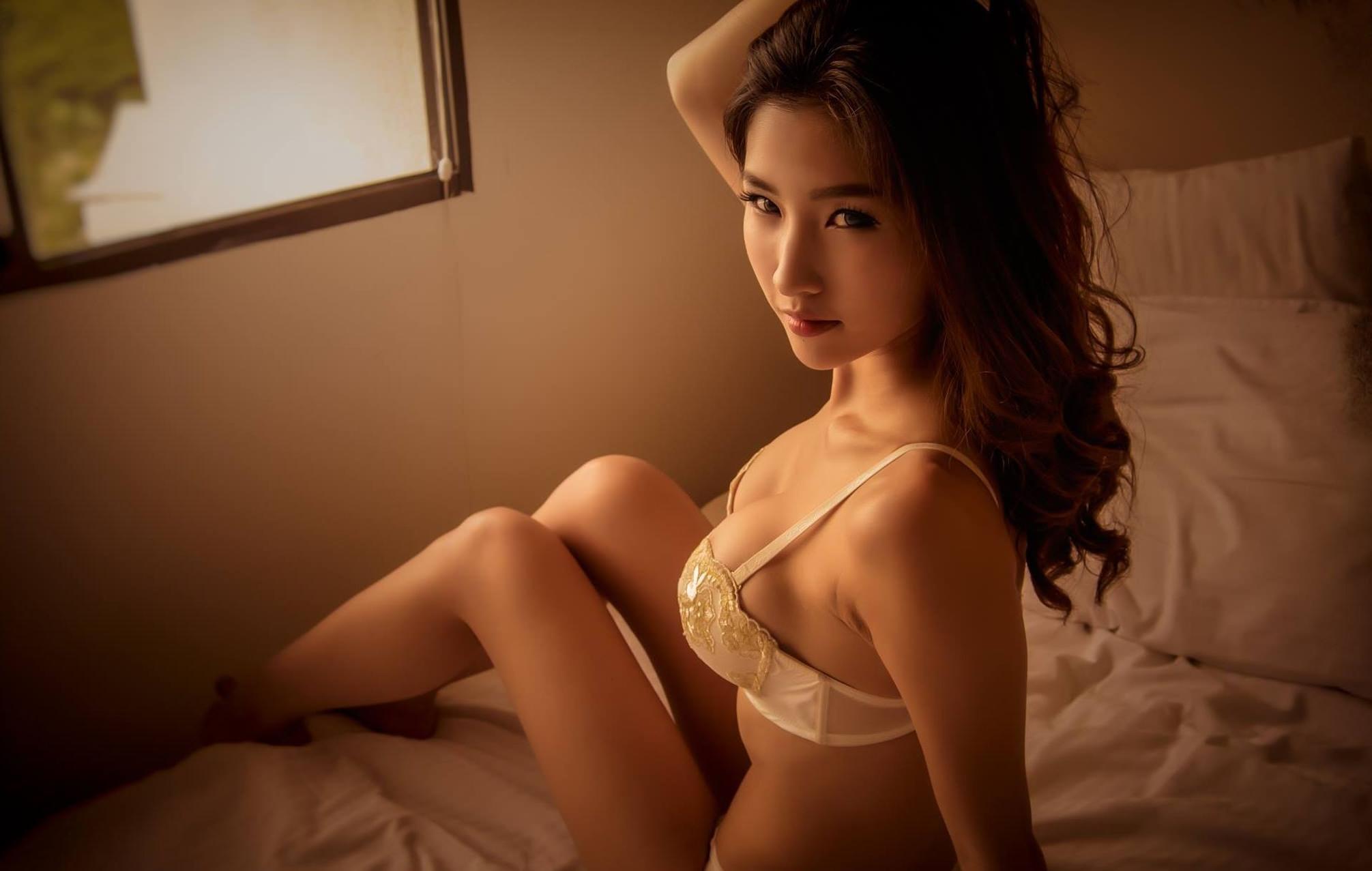 Фото Красивая азиатка в белом лифчике, постель, скачать картинку бесплатно