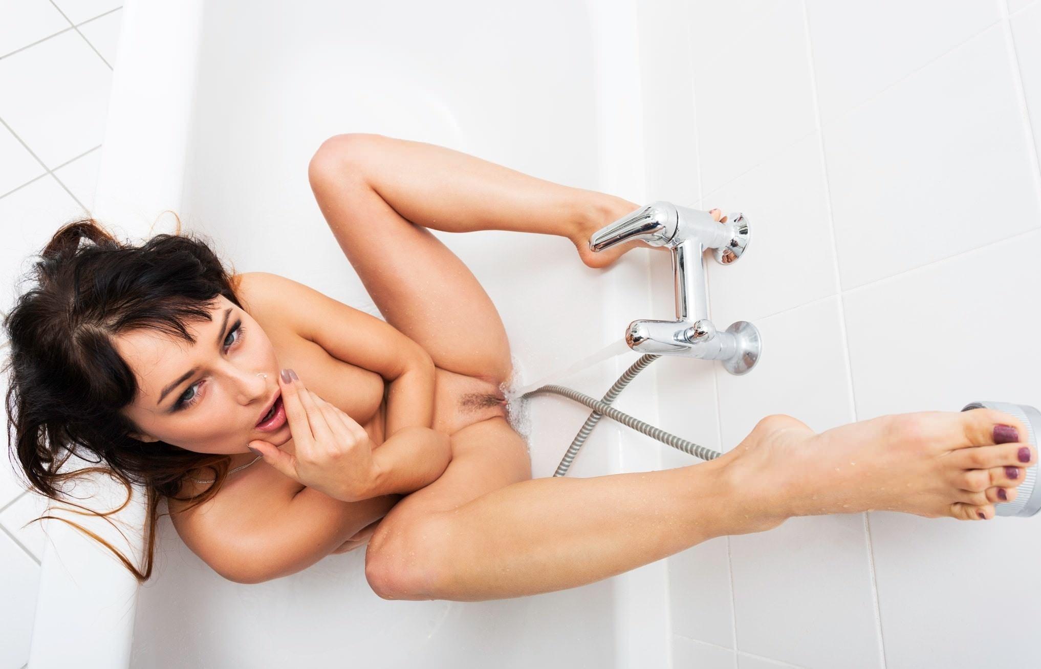 Фото Возбужденная голая девушка в ванной, струя воды массирует пизду, скачать картинку бесплатно