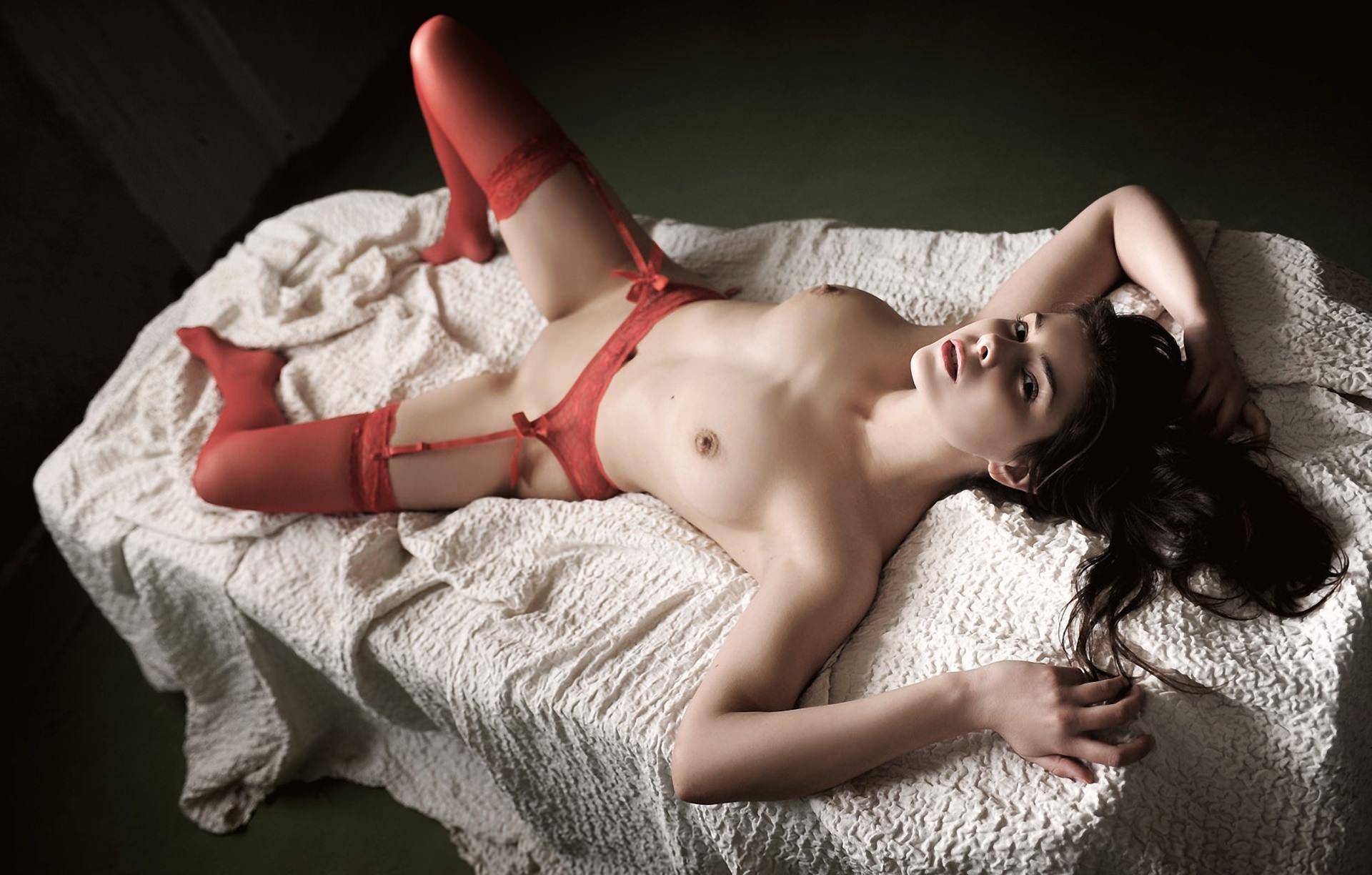 Фото Красные чулки, голая грудь, брюнетка лежит, скачать картинку бесплатно