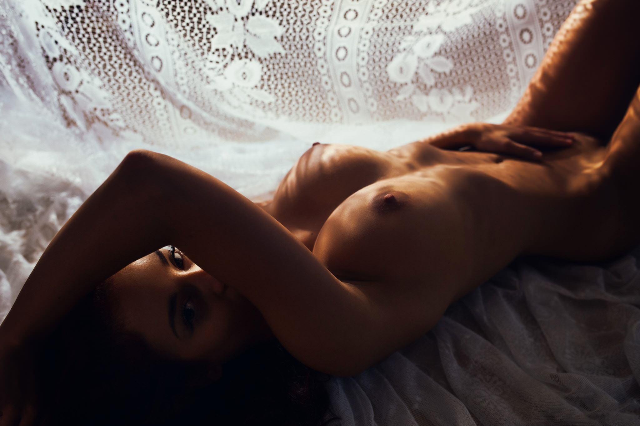 Фото Голая девушка ласкает животик, рука тянется к промежности, классные сиськи, соски, скачать картинку бесплатно