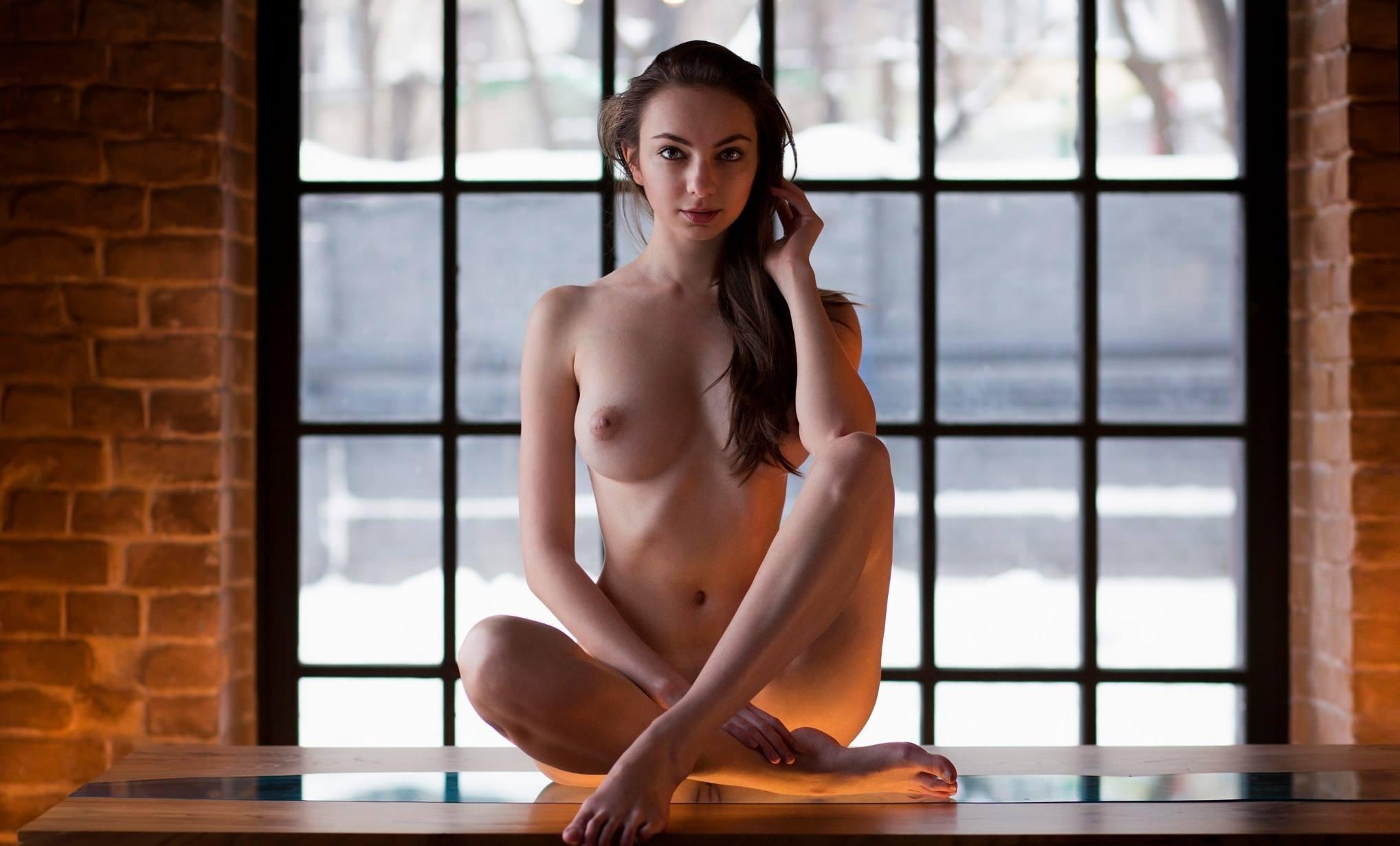 Фото Голая девчонка в позе лотоса на зеркальном столе, отражение пизды снизу, скачать картинку бесплатно