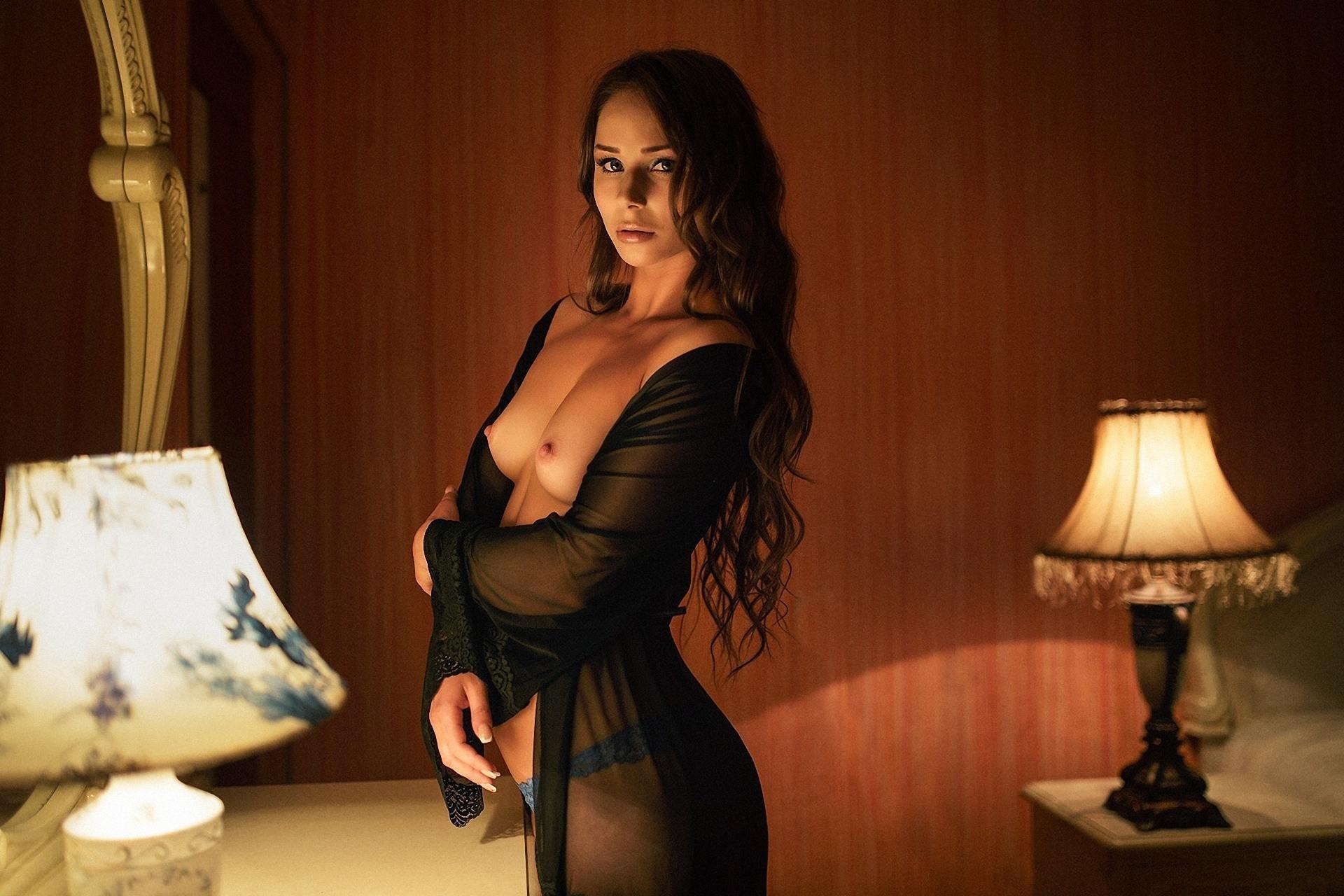 Фото Горячая женщина в черном прозрачном шелковом халате, голая грудь, лампы, спальня, вечер, скачать картинку бесплатно