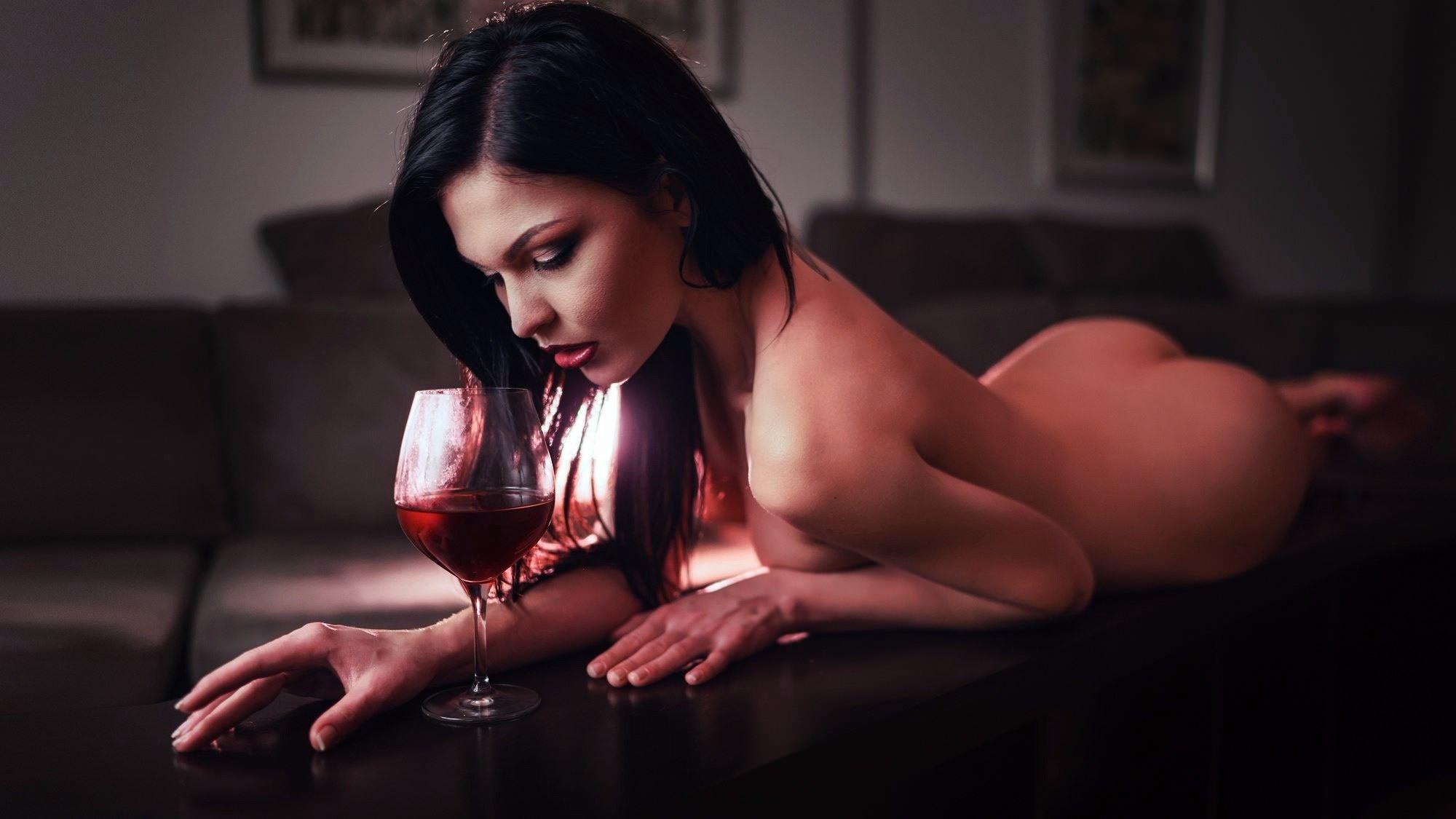 Фото Голая брюнетка на барной стойке в гостиной и бокал красного вина, скачать картинку бесплатно