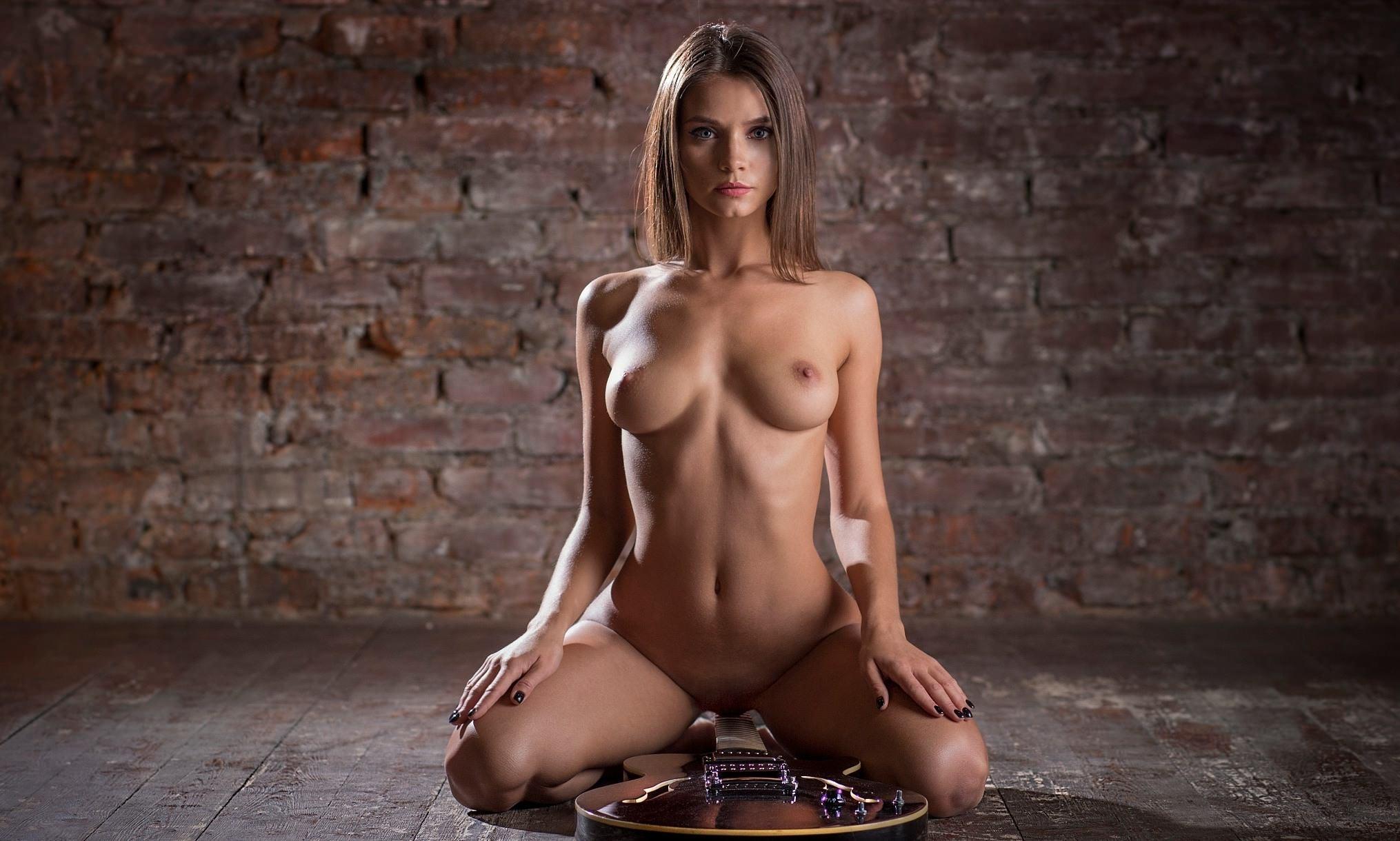 Фото Голая девушка села пиздой на гриф гитары, скачать картинку бесплатно