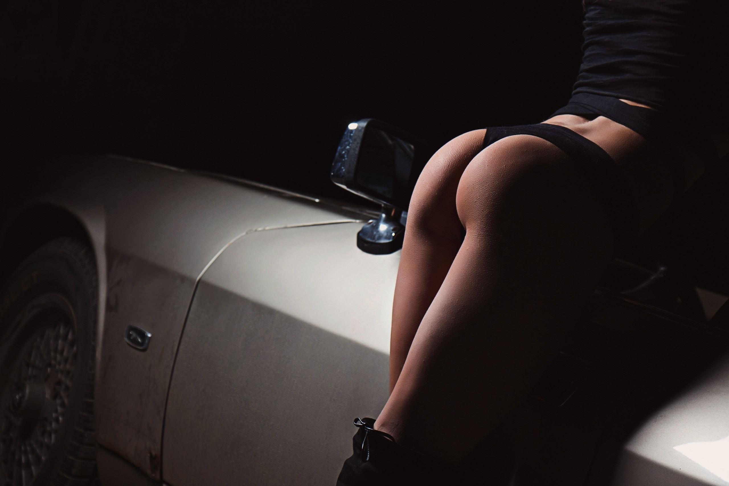 Фото Сексуальная попа в черных трусиках, гольфы, бедра, машина, зеркало, скачать картинку бесплатно