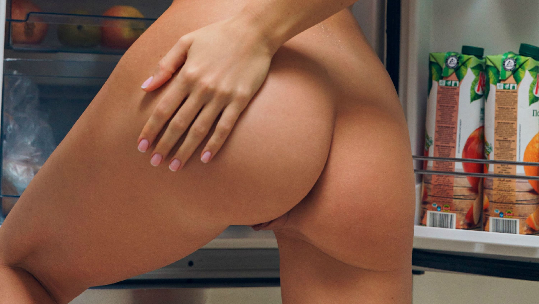Фото Рука на голой попе, голая девушка открыла холодильник, не спится, скачать картинку бесплатно