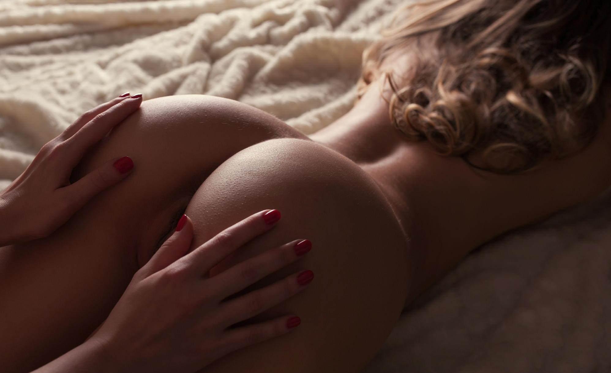 Фото Девушка ласкает голую попку подруги, прекрасные мягкая попа, скачать картинку бесплатно