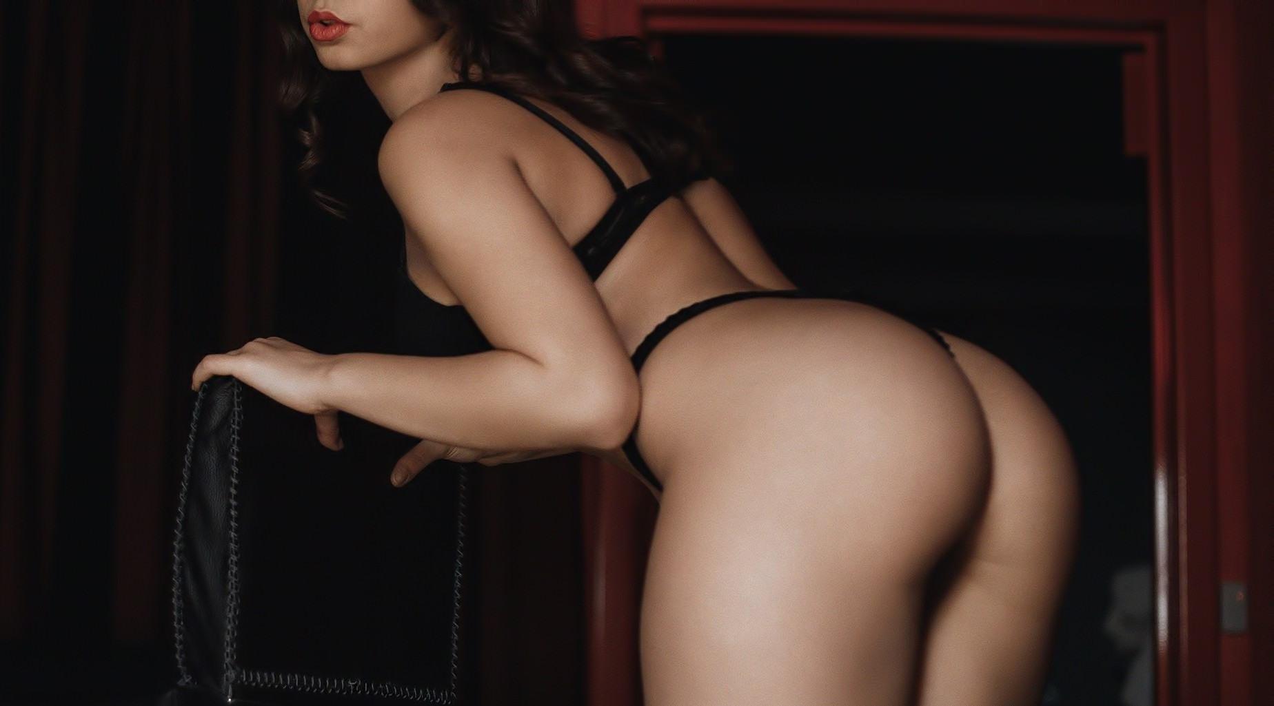 Фото Девушка в стрингах наклонилась над спинкой стула и выпучила губки, большая сочная задница, скачать картинку бесплатно