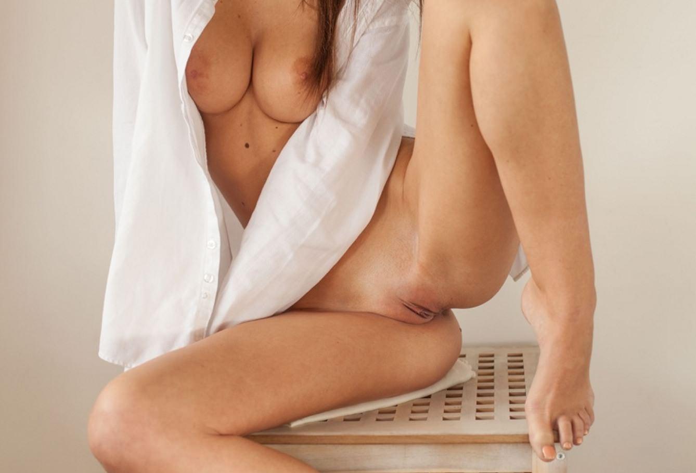 Фото Нежная голая пися, обнаженные сиськи, девушка на табуретке в расстегнутой белой рубашке и без трусиков, скачать картинку бесплатно
