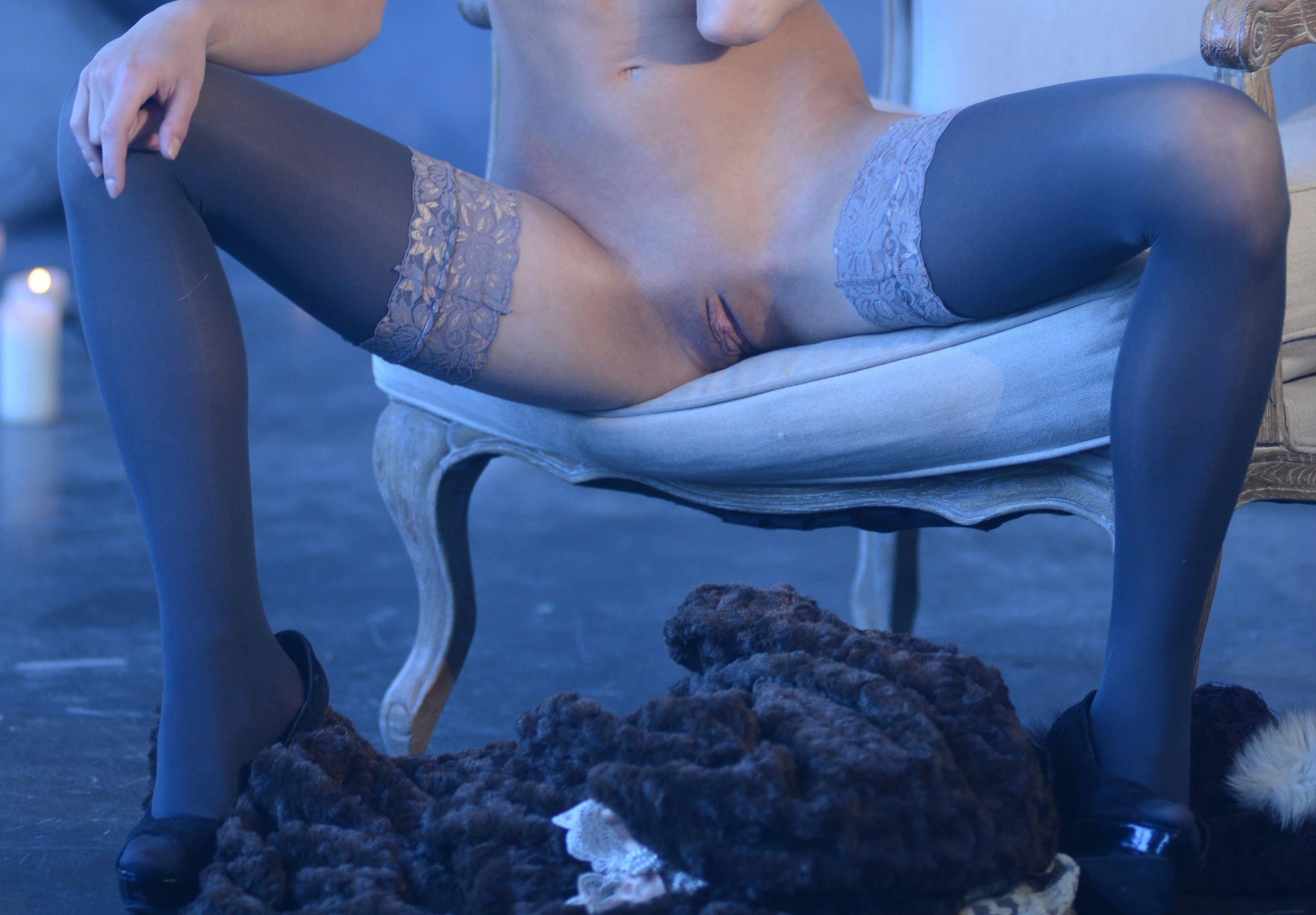 Фото Серые чулочки, девушка без трусов села в кресло и развела ноги, бритая пизда, скачать картинку бесплатно