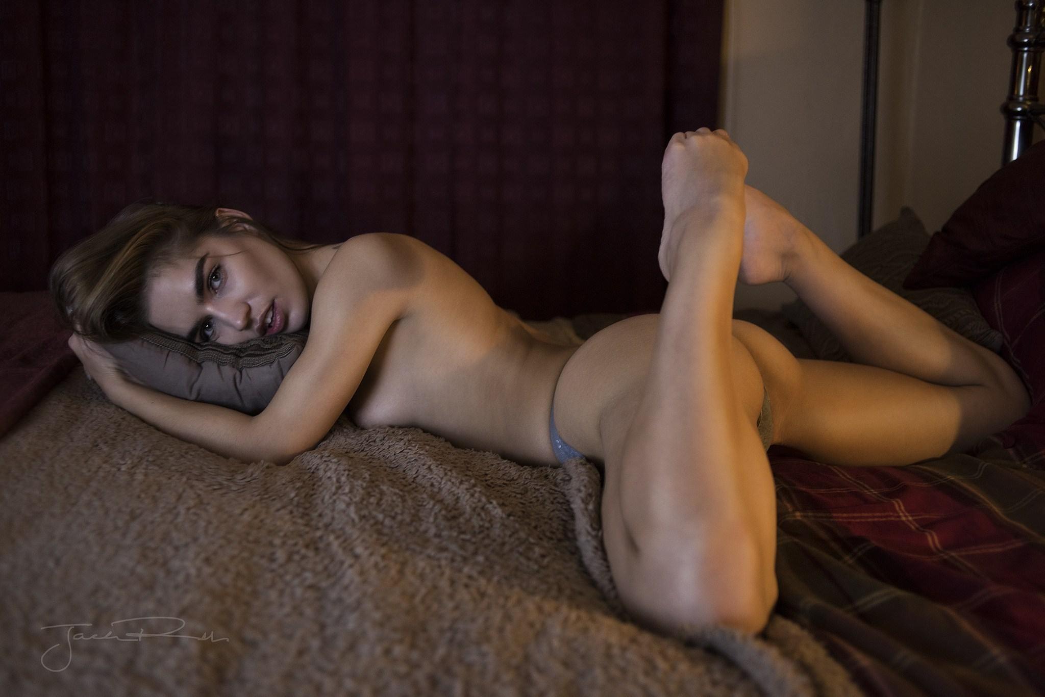 Фото Девушка в стрингах на кровати, сексуальное тело, бедра, ляжки, скачать картинку бесплатно