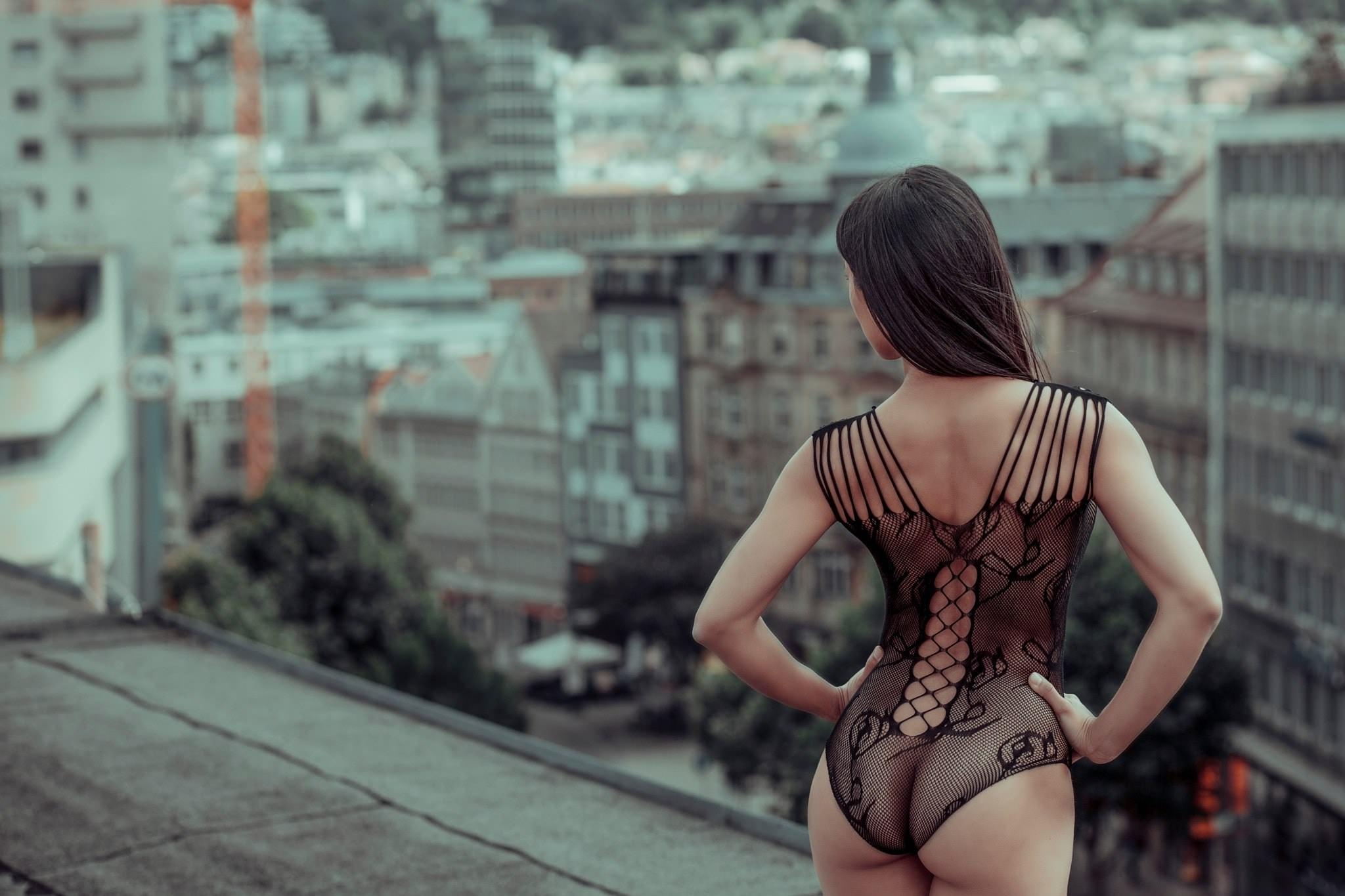 Фото Девушка в красивом эротическом боде на крыше дома, попка, узорчатый прозрачный боди, скачать картинку бесплатно