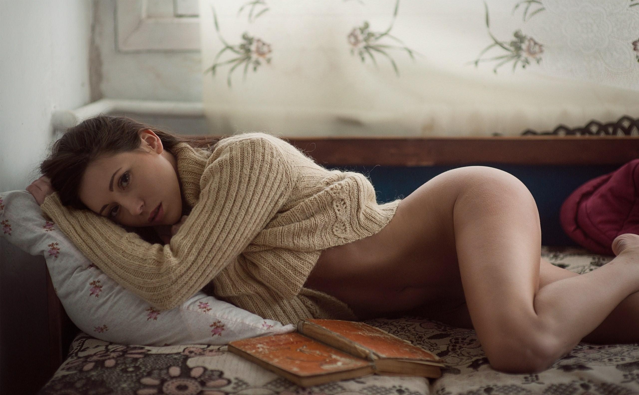 Фото Девушка в кофте читала книгу без трусиков на кровати, сексуальные бедра, скачать картинку бесплатно