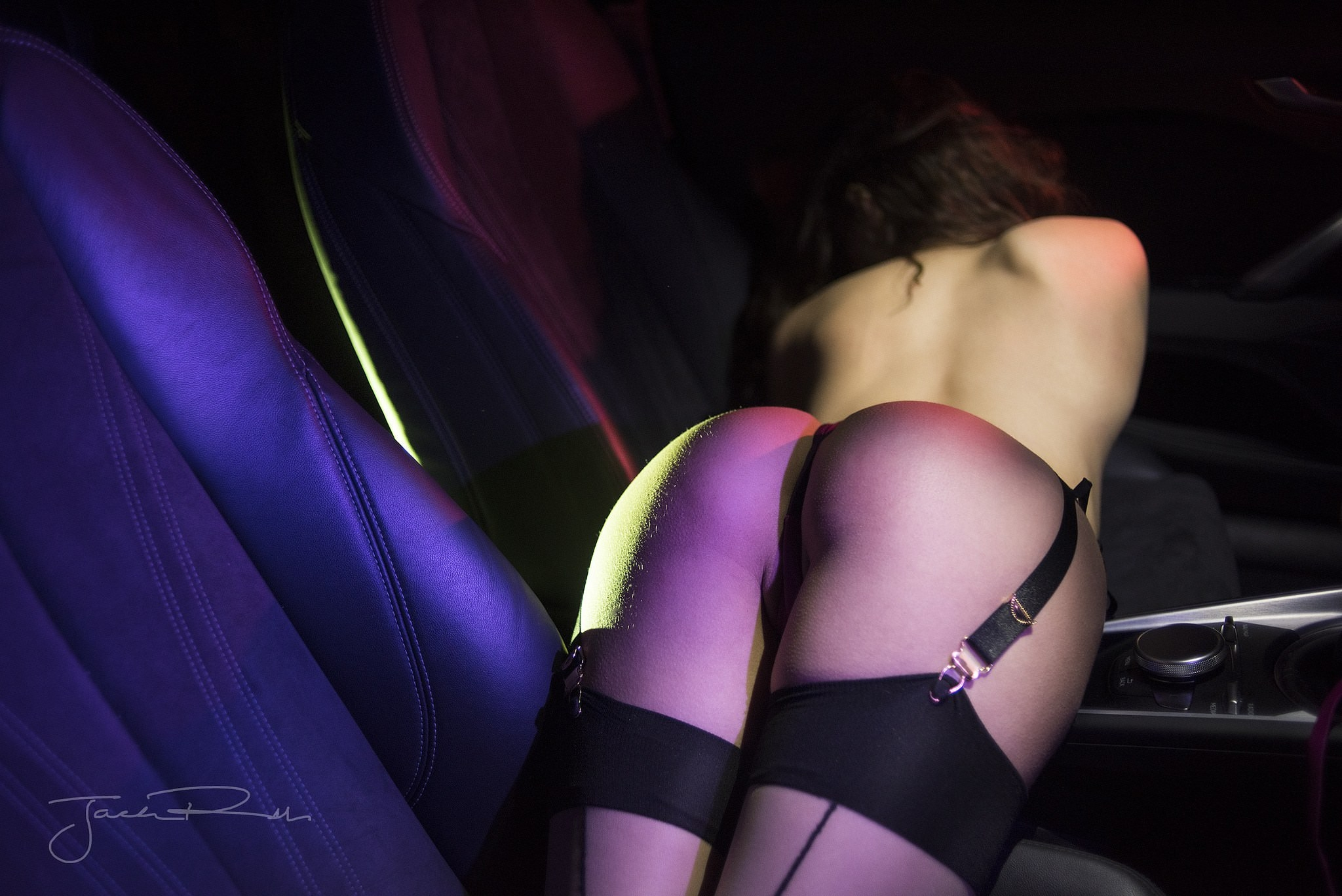 Фото Полуобнаженная девушка в ночном клубе, сексуальная упругая попка в черных стрингах, чулки на подвязках, сочные ляжки, бедра, скачать картинку бесплатно