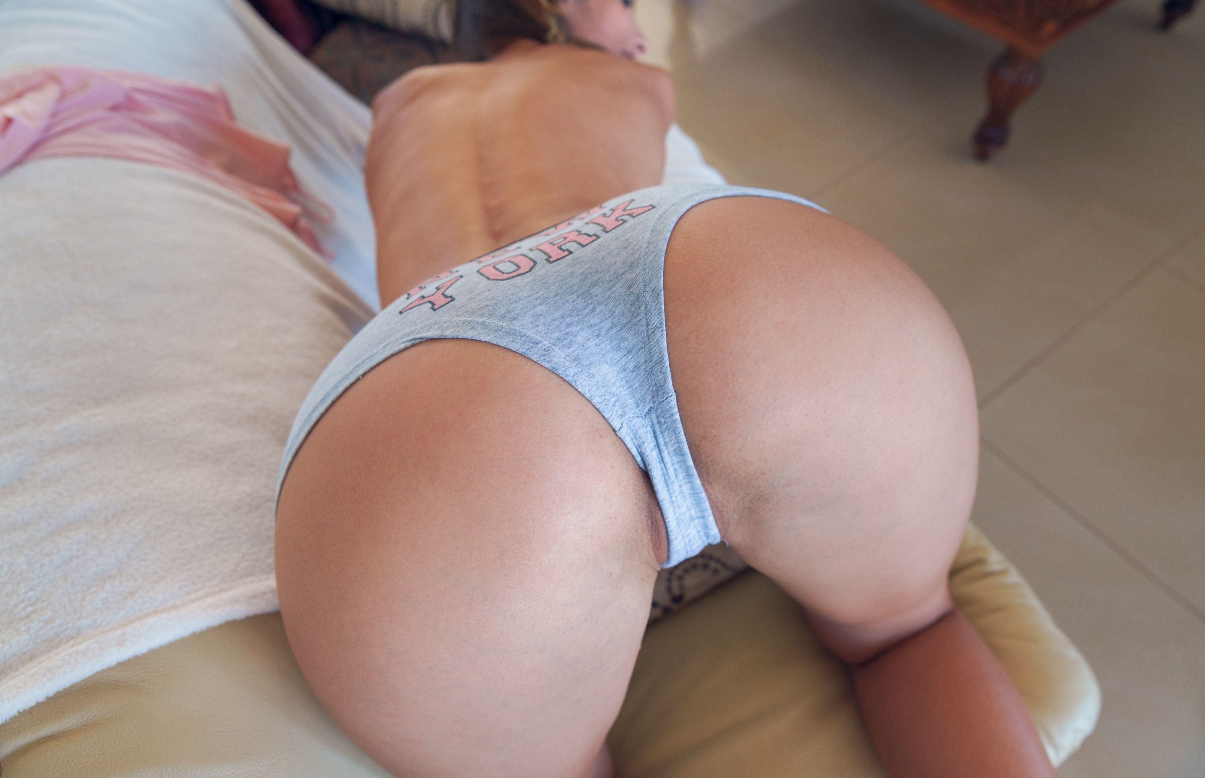 Фото Похотливая задница в спальне, девушка встала раком, сочная попка в серых трусиках, широкие аппетитные булки, скачать картинку бесплатно