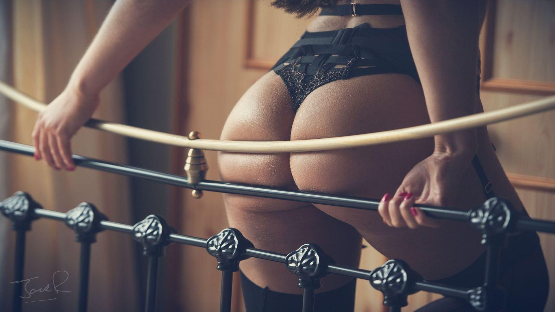 Фото Сочная задница прижалась к перилам, черное эротическое белье, попа на канате, скачать картинку бесплатно