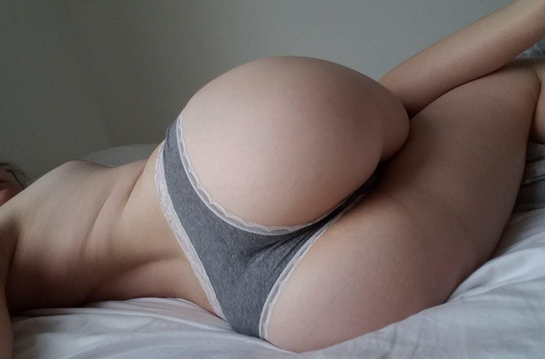 Фото Сочная задница в постели, утро. спальня, жопа, серые трусики, скачать картинку бесплатно