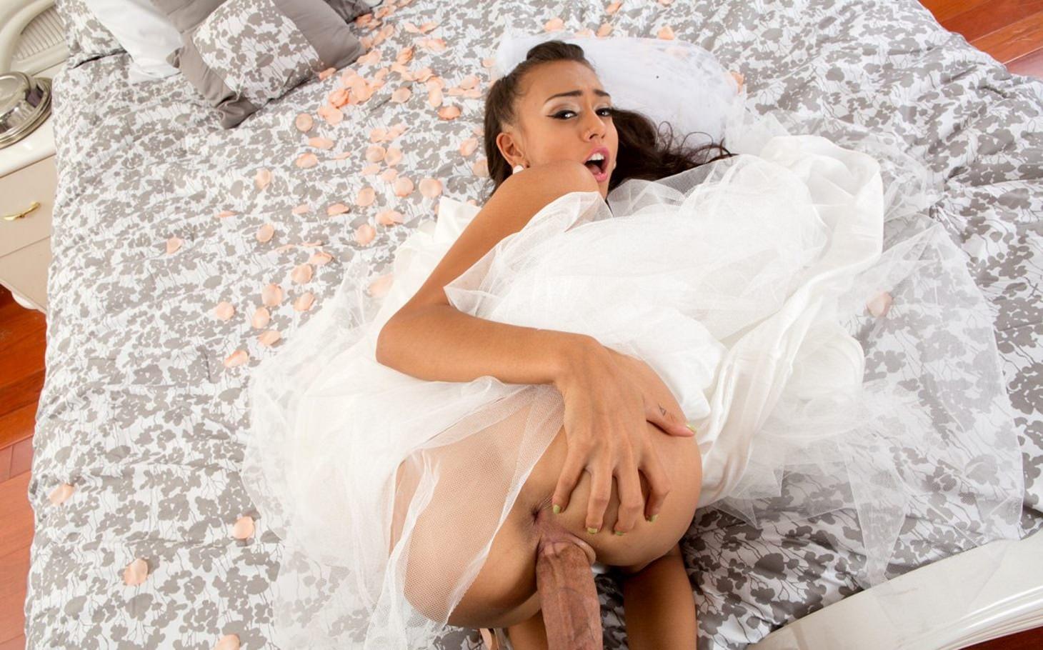 Фото Горячий секс с невестой, брачная ночь, похожая на порно фильм, сексуальная брюнетка невеста ебется раком в спальне, толстый член проникает в ее дырочки, скачать картинку бесплатно