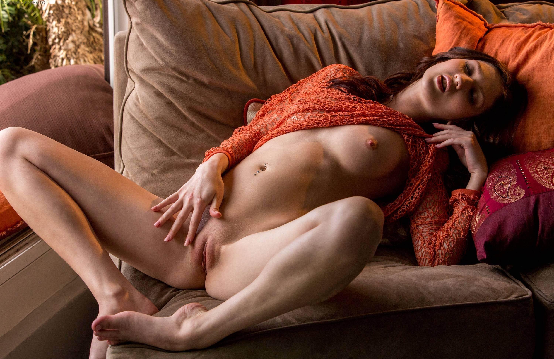 Фото Возбужденная сучка гладит себя между ног и обнажает грудь, подушки, секси, скачать картинку бесплатно