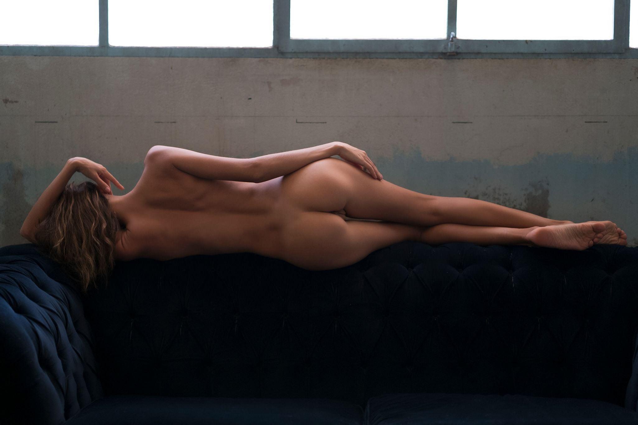 Фото Голая девушка вытянулась в струнку на спинке дивана, сексуальное тело, скачать картинку бесплатно
