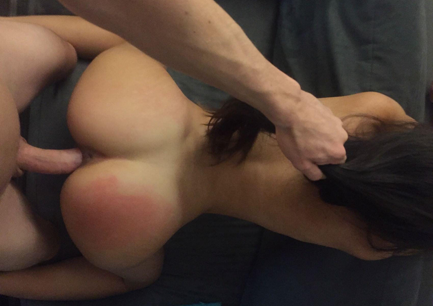 Фото Мужик знатно дерет брюнетку, поставил ее раком и тянет за волосы, отшлепал и выебал, скачать картинку бесплатно