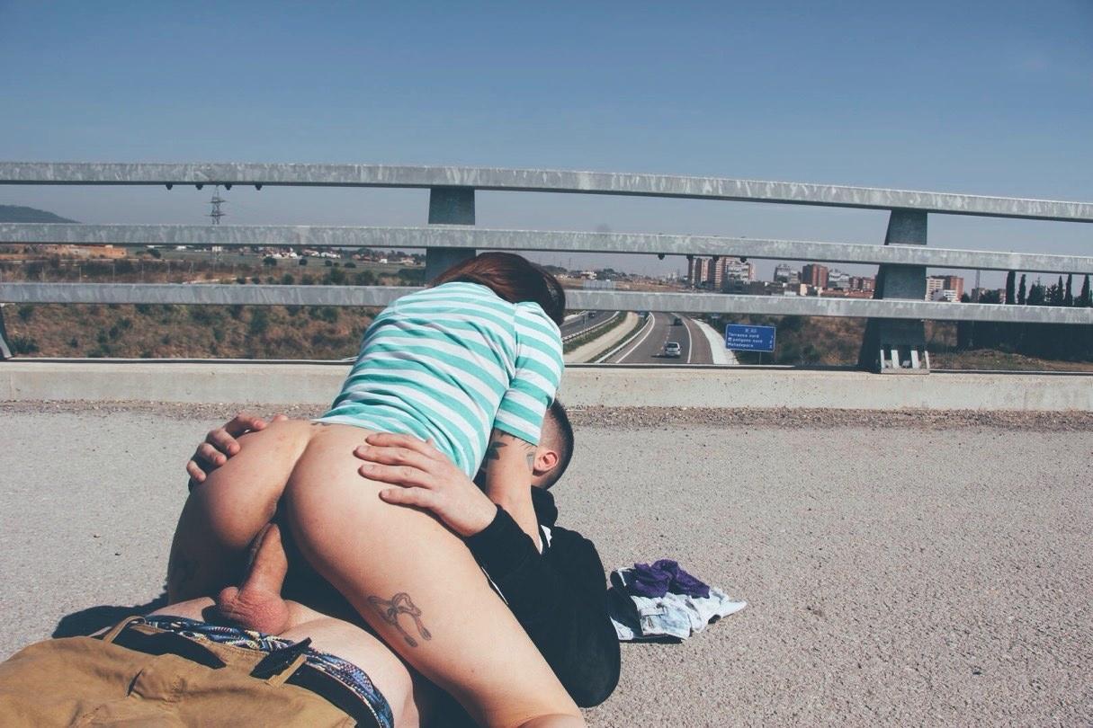 Фото Секс на дороге, девушка сверху, полосатая голубая футболка, скачать картинку бесплатно