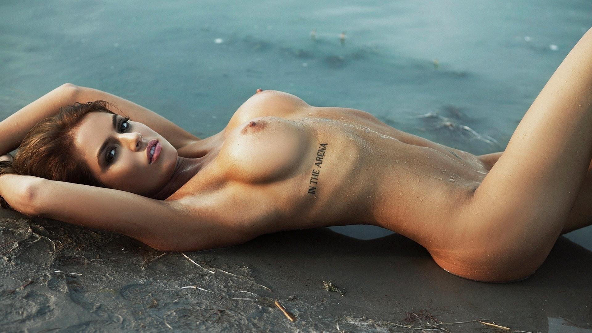 Фото Голая девушка, мокрые упругие соски, тату, пляж, вода, мокрая эротика, скачать картинку бесплатно