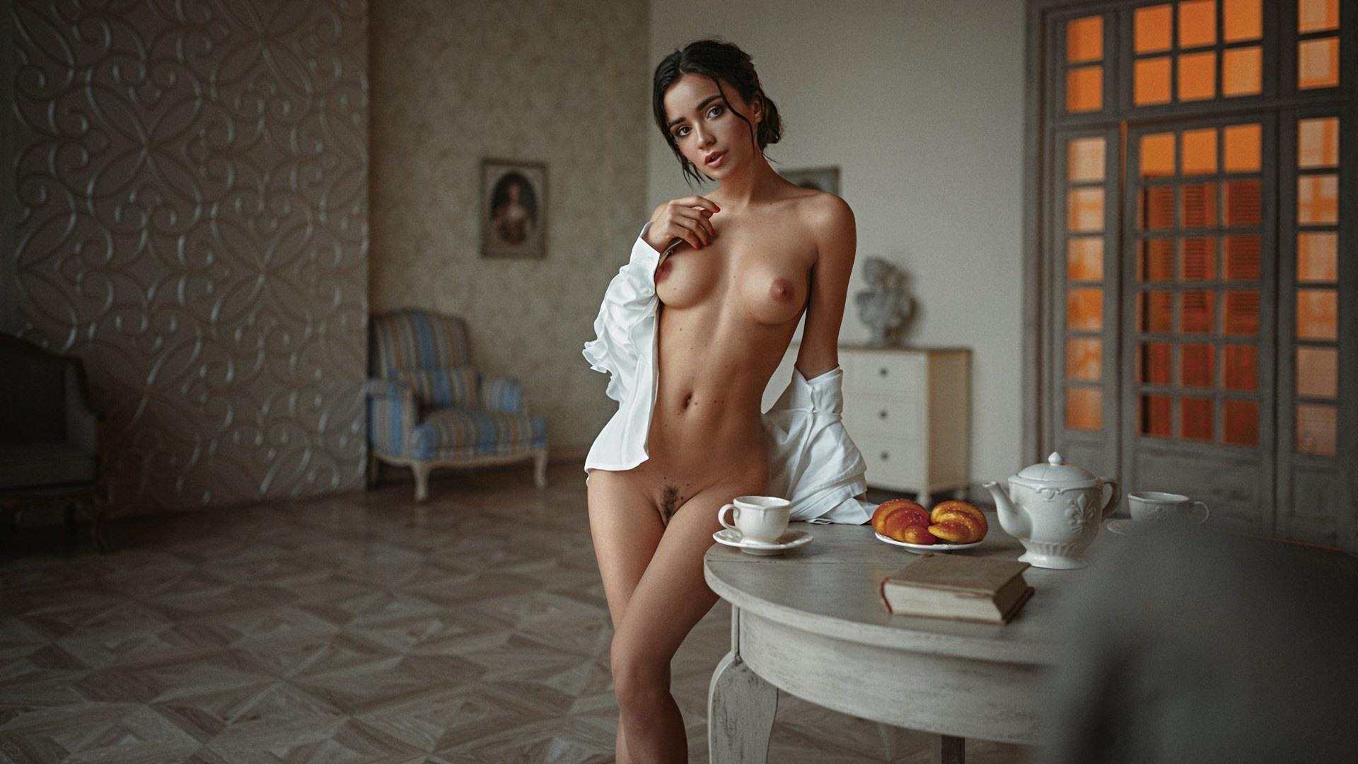 Фото Красотка расстегнула рубашку, сексуальное обнаженное тело, гостиная, скачать картинку бесплатно
