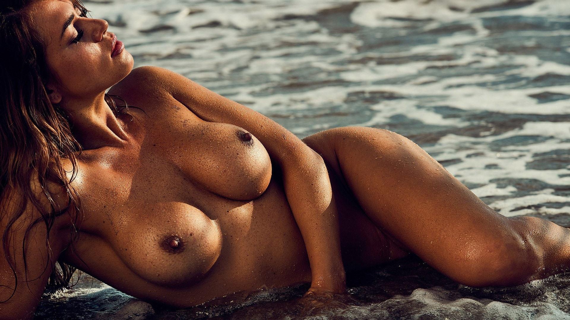 Фото Загорелая обнаженная девушка, моря, упругие сиськи, грудь, мокрые соски, сексуальное тело, скачать картинку бесплатно
