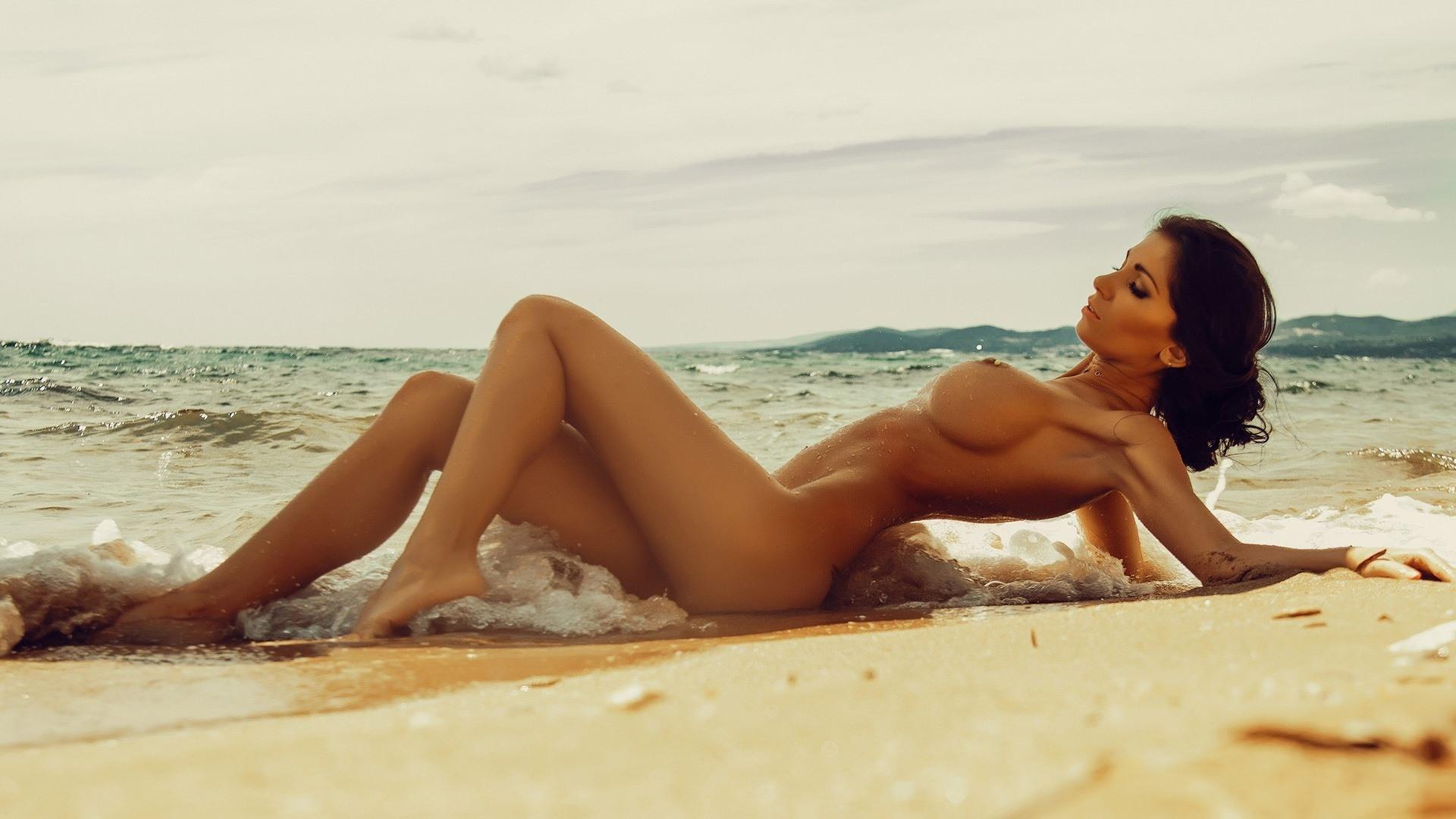 Фото Идеальная фигура, обнаженное сексуальное женское тело, девушка на море, пляж, песок, море, упругие сиськи, шикарные формы, скачать картинку бесплатно
