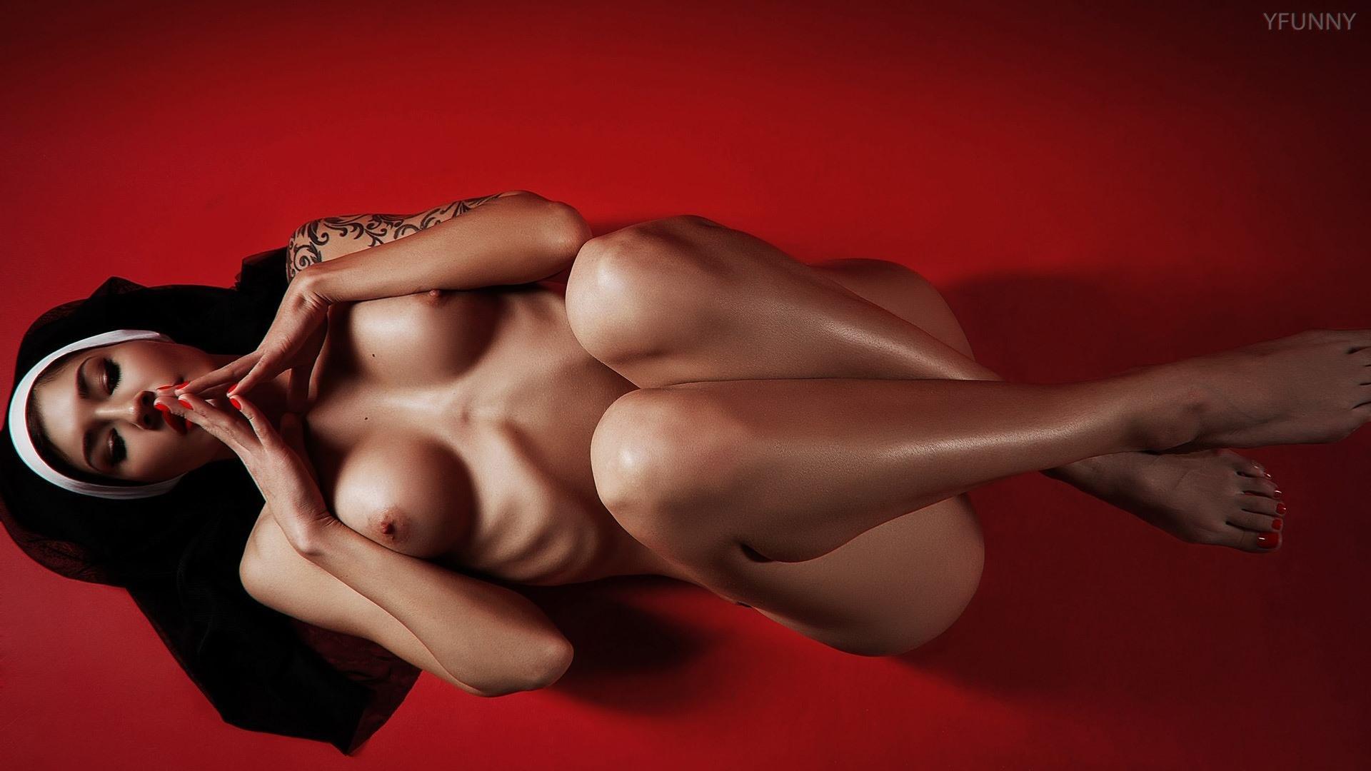 Фото Похотливая монахиня, обнаженная девушка молится на красном полу, тату, сексуальное тело, блестящие ножки, скачать картинку бесплатно
