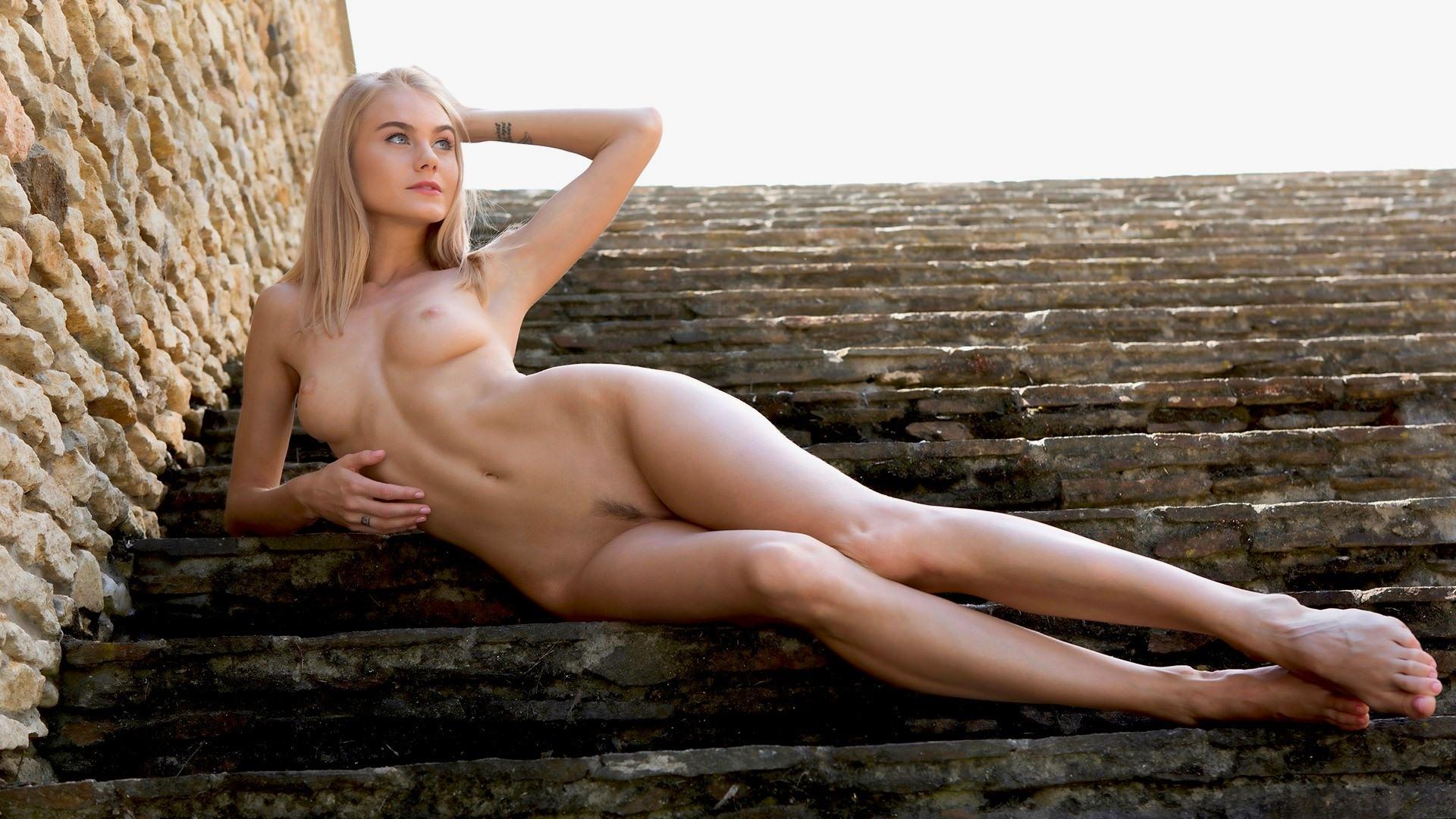 Фото Обнаженная блондинка на лестнице, ступени, голая красотка, длинные ножки, скачать картинку бесплатно