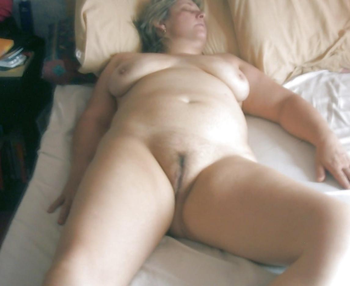Фото Сын снял свою обнаженную мамку во сне, скачать картинку бесплатно