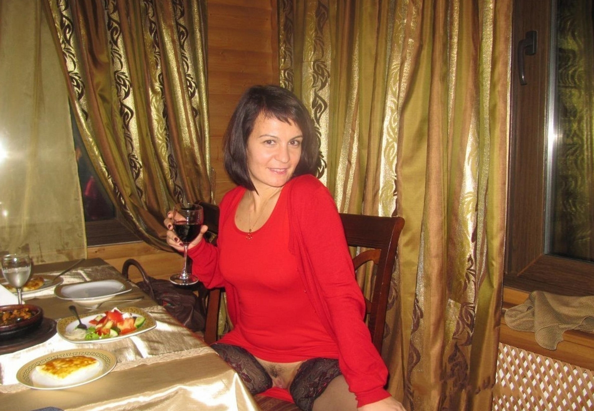 Фото Сидит в ресторане без трусиков, скачать картинку бесплатно