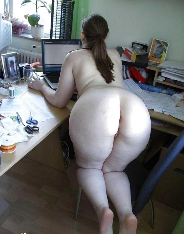 Фото встала раком, смотрит в монитор а мы посмотрим на ее большую белую задницу, скачать картинку бесплатно
