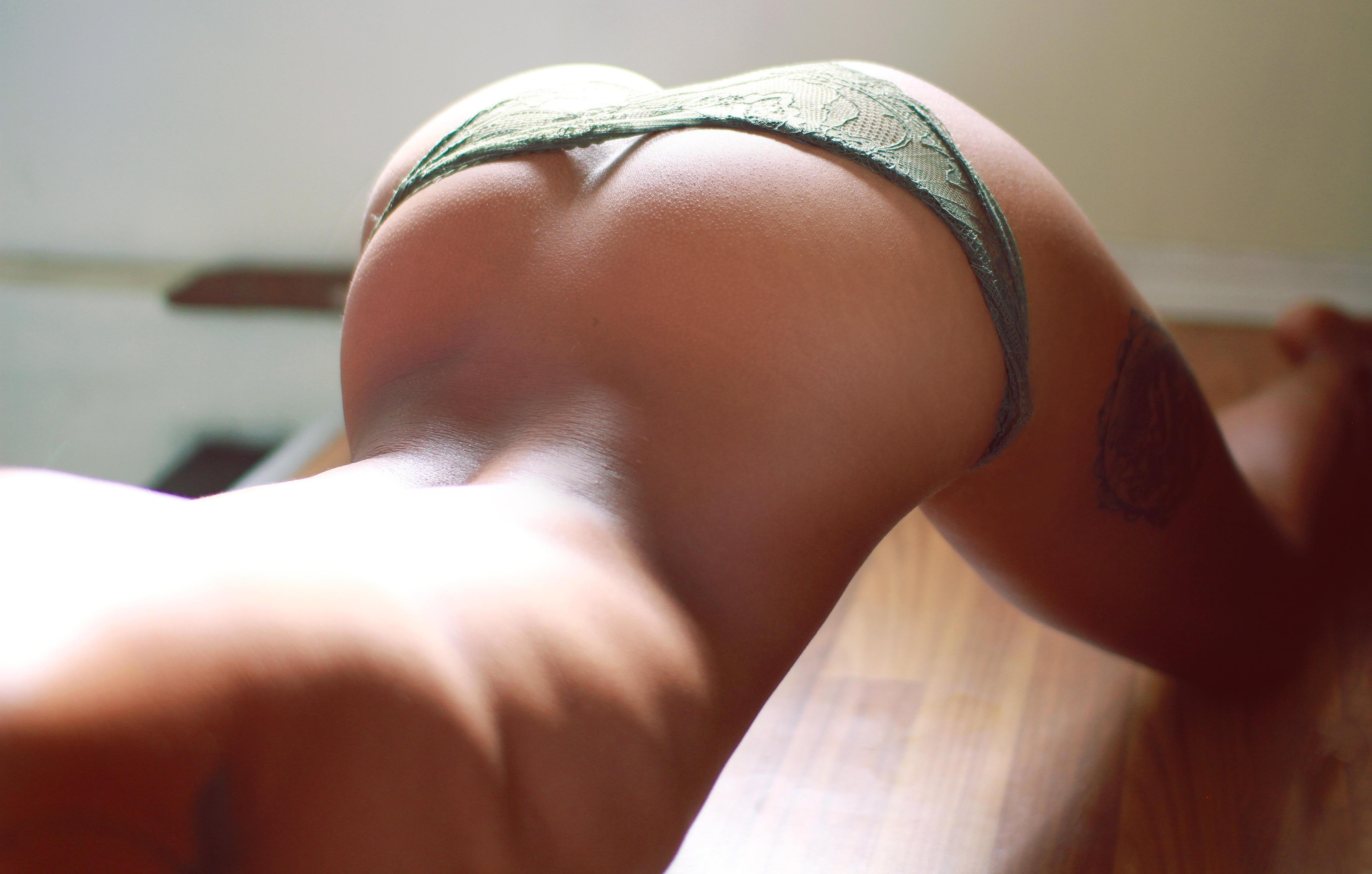 Фото Сексуальное спортивное женское тело, зеленые трусики на попе, тату на бедре, девушка изгибается на полу. Green panties, sexy body, tattoo, legs, thighs, posing, sexy girl on the floor, doggy, back, скачать картинку бесплатно