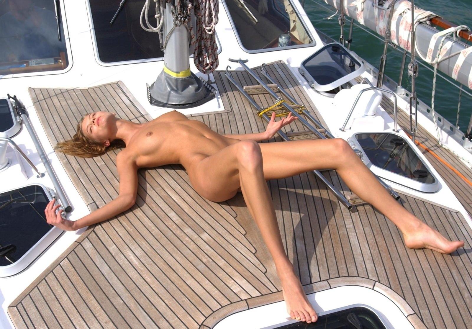 Фото Голая стройная девушка разлеглась на яхте, длинные ноги, сексуальное тело. Naked girl on the yacht, girl sunbathes, sexy body, long legs, summer, скачать картинку бесплатно