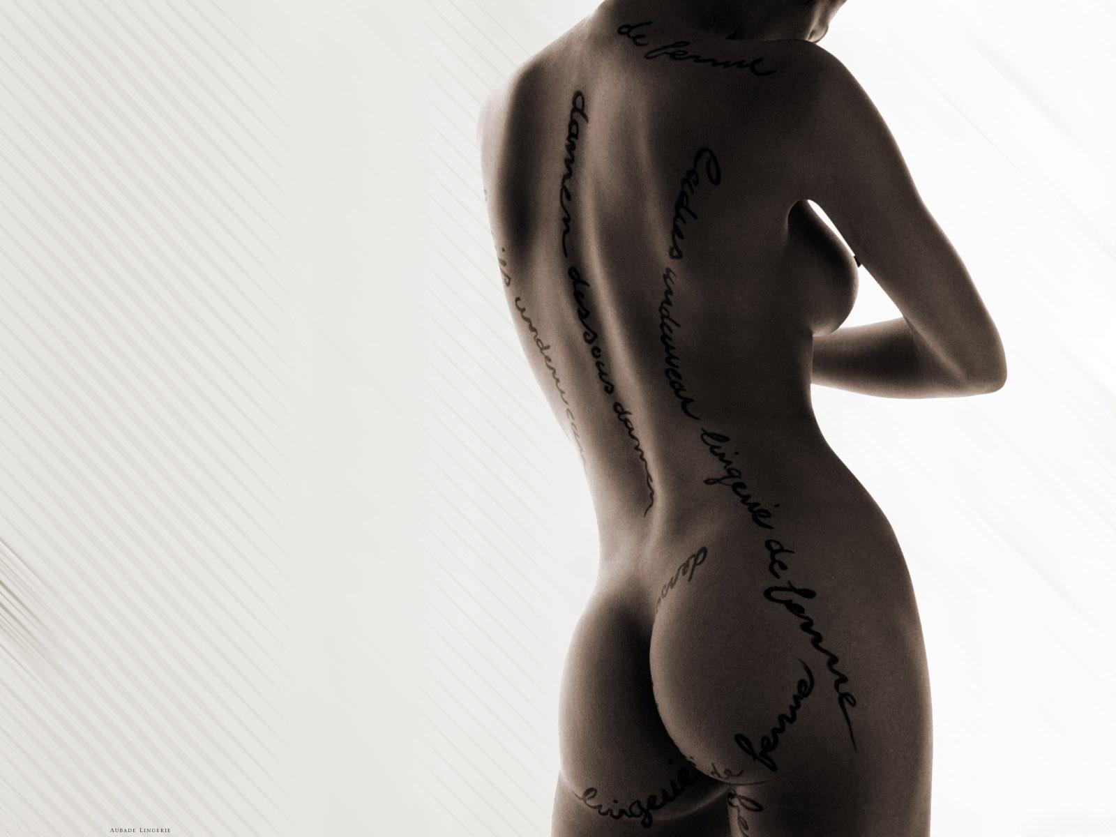 Фото Голая девушка с надписями по всему телу. Naked body, rear view, tattoo, ass, tits, back, скачать картинку бесплатно