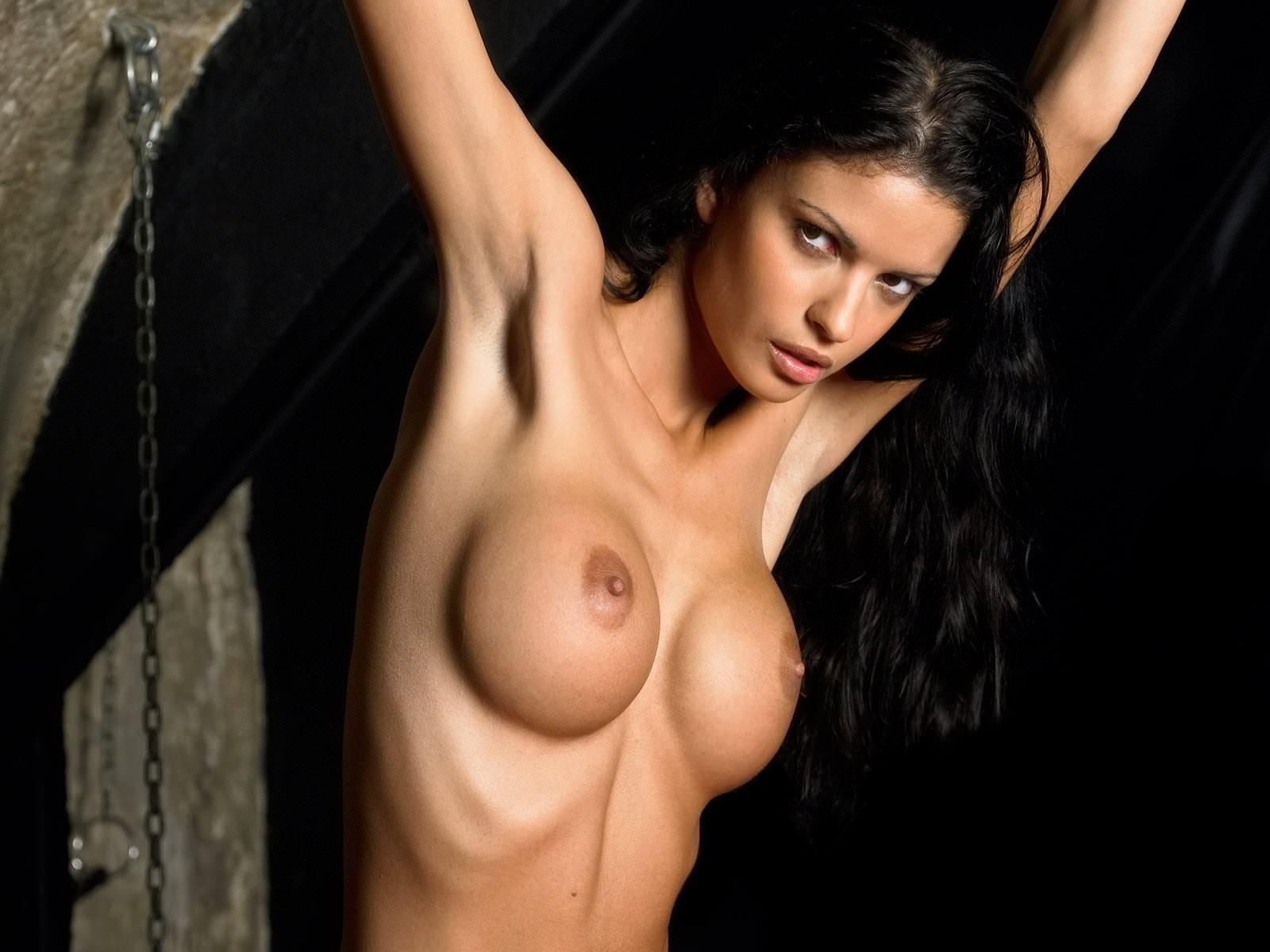 Фото Возбуждающая обнаженная брюнетка с пронзающим взглядом, голые округлые сиськи, коричневые соски, прекрасная голая женская грудь, круглые сиськи. Round naked tits, perfect boobs, naked sexy brunette, nude girl, hand up, hard nipples, great tits, скачать картинку бесплатно