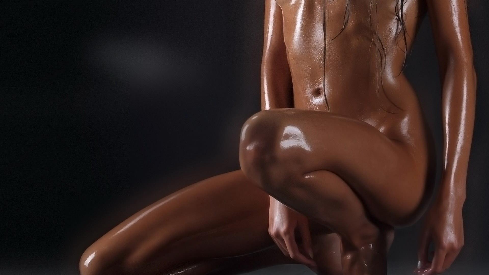 Фото Голая девушка в масле, блестящее тело на черном фоне, блестящие красивые ножки. Oiled, Naked girl, legs shine, black, скачать картинку бесплатно