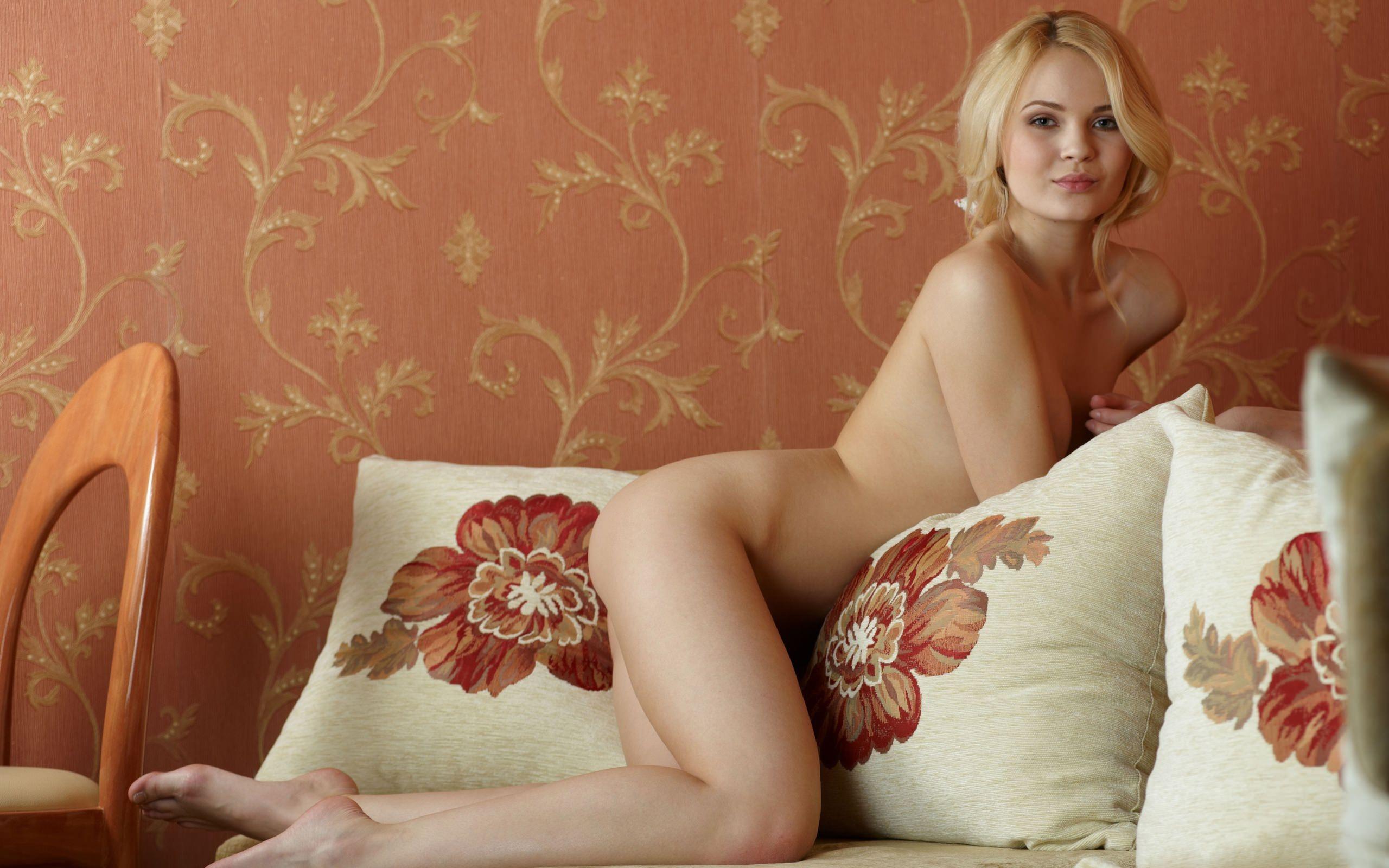 Фото Молодая милая блондинка удобно устроилась на подушках, обнаженное сексуальное тело. Beautiful young girl on the pillows, naked blonde, pretty girl, скачать картинку бесплатно