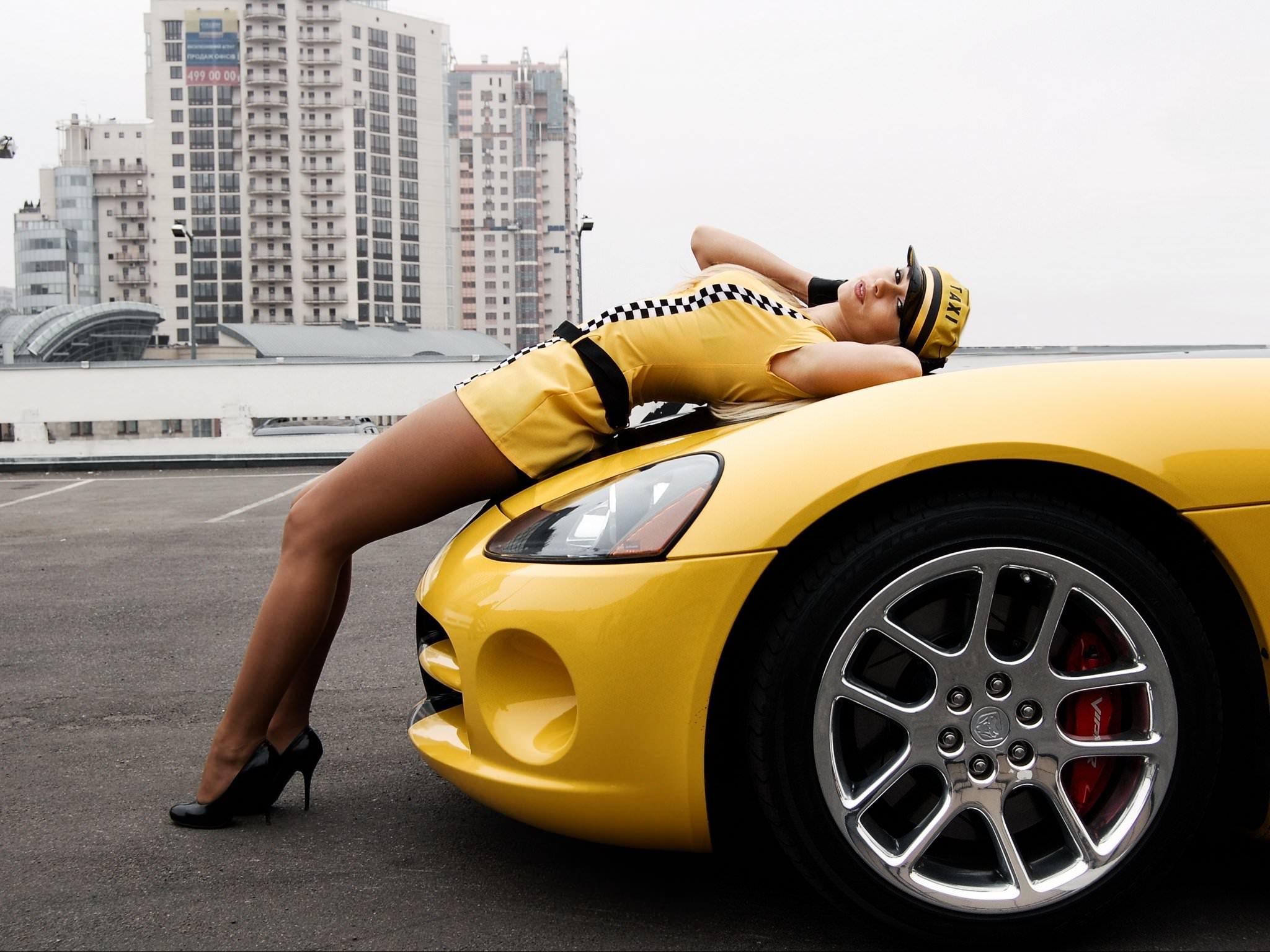 Фото Девушка в форме таксистки легла на капот желтого спортивного автомобиля. Taxi girl, yellow car, sexy legs, high heels, city, girl on a cowl, скачать картинку бесплатно