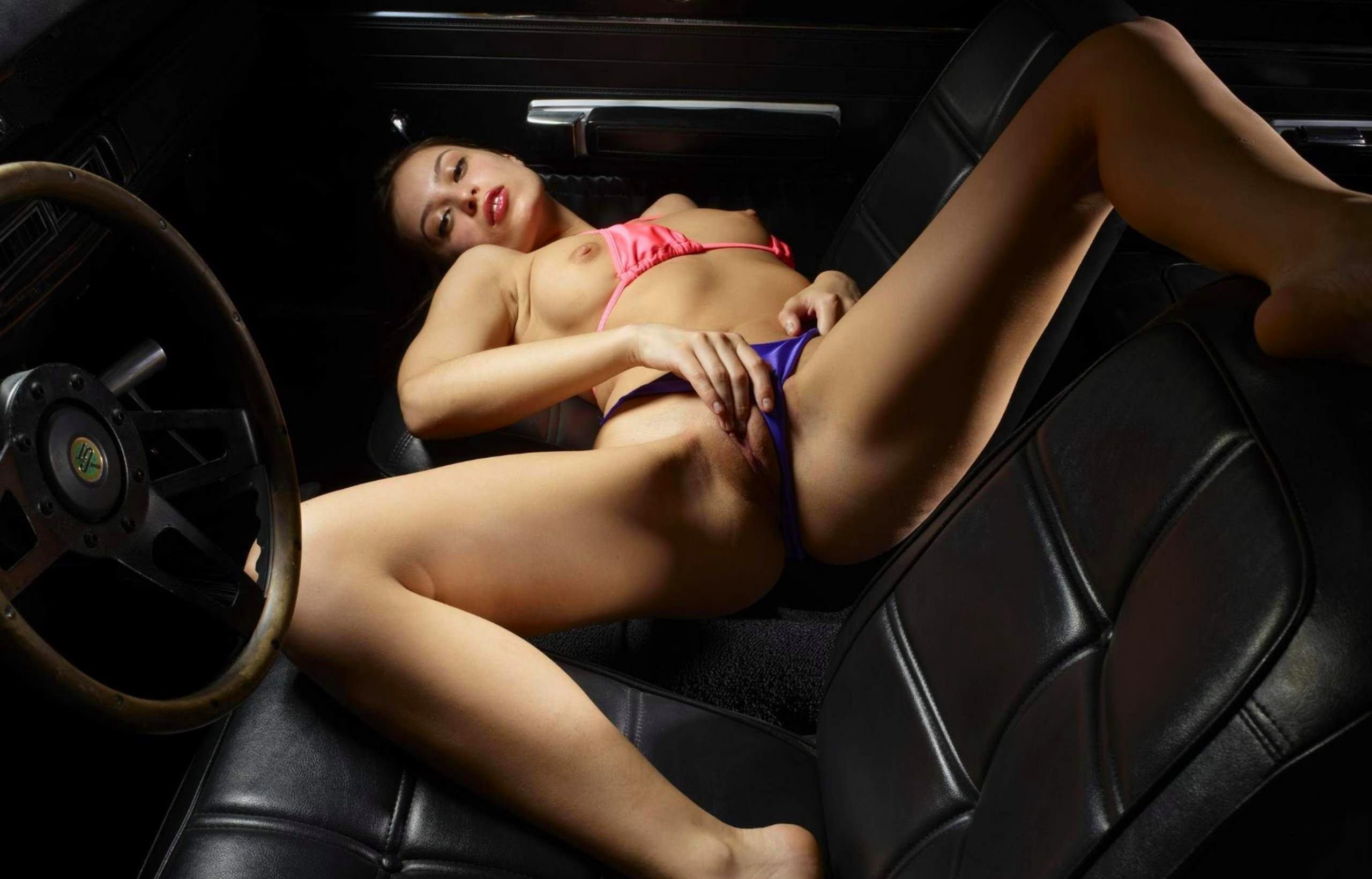 Sara_fun squirting in the car