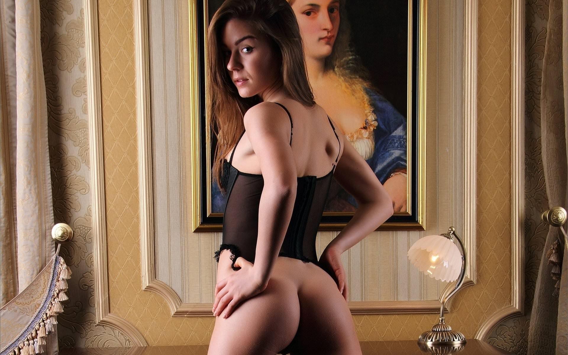 Фото Красивая милая девушка в черном прозрачном корсете, голая упругая попка, Сексуальная красотка с голой попкой в комнате напротив картины на стене. Sexy babe in a black corset, beautiful girl, sweet naked ass, picture, sexual beauty, sexy back, скачать картинку бесплатно