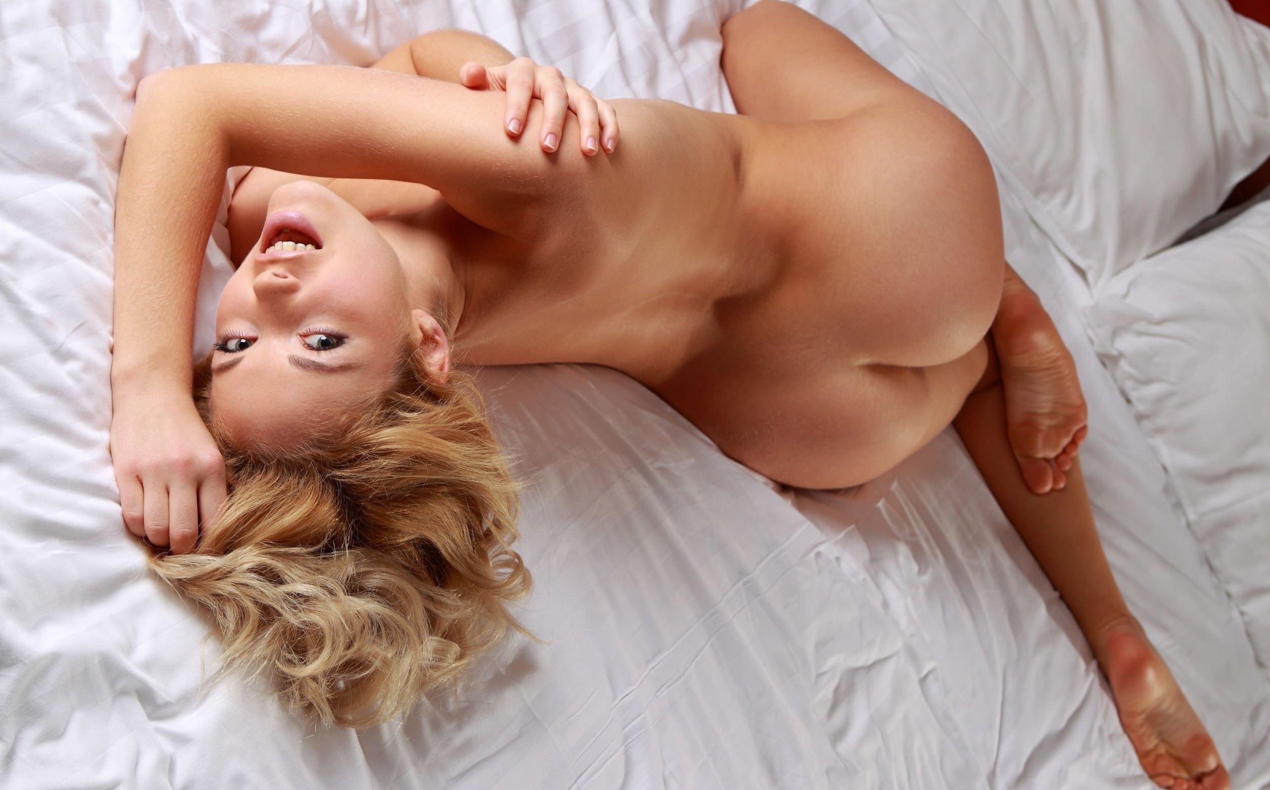 Фото Красивая смеющаяся девушка извивается в постели ранним утром голышом, сексуальное тело, девушка спала голая, светлые волосы, смех, классная попка. Naked laughing girl on a bed, elastic round ass, sexy buttocks, blonde, sexy body, скачать картинку бесплатно