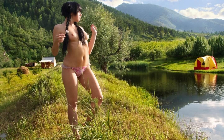 Фото Молоденькая раскрепощенная брюнетка с косичками гуляет вдоль реки в одних розовых трусиках, голые сиськи, лето, сплав по реке, палатка, зеленая трава, горы, эротика на природе. Rural girl, country girl in pink panties, naked tits, brunette, green grass, river, nature, tent, erotic, braids, скачать картинку бесплатно
