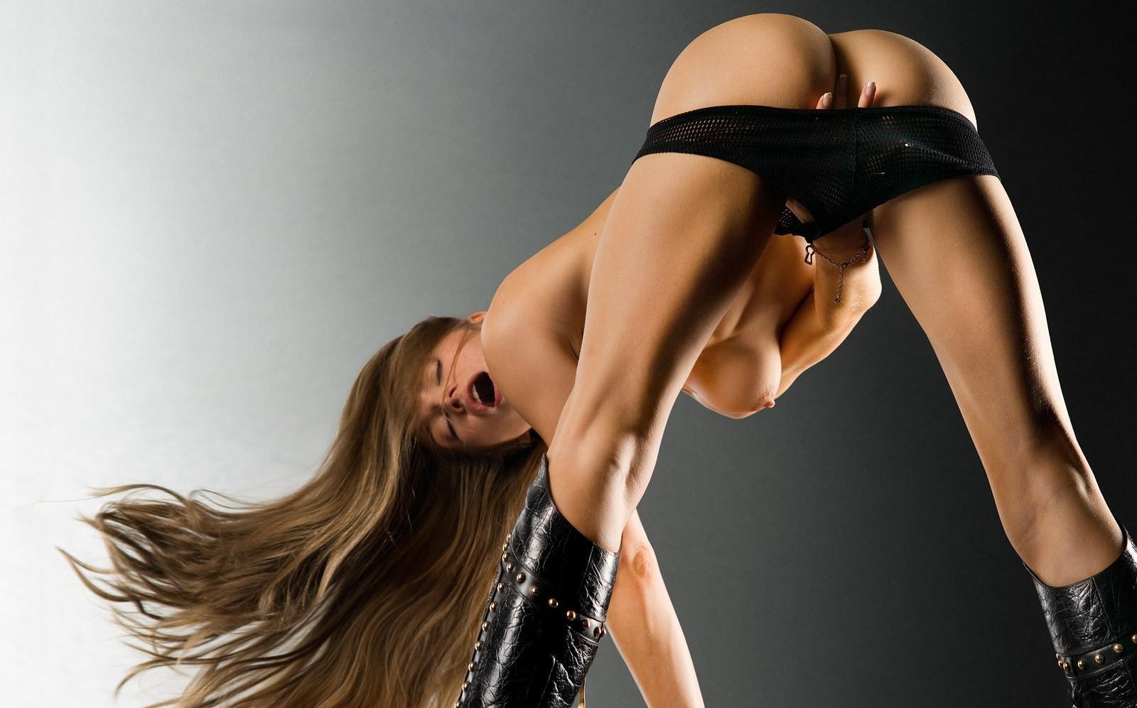 Фото Длинноногая девушка мастурбирует и кричит от удовольствия, стоя на ногах и наклонившись вперед, стянула черные трусики и ласкает себя между ног, упругая голая попка, атлетичные спортивные ножки, черные сапоги, длинные волосы, сочная сиська и упругий розовый сосок. Excited girl masturbates having bent forward, cool ass, black shorts, black boots, long hair, scream, powerful legs, скачать картинку бесплатно