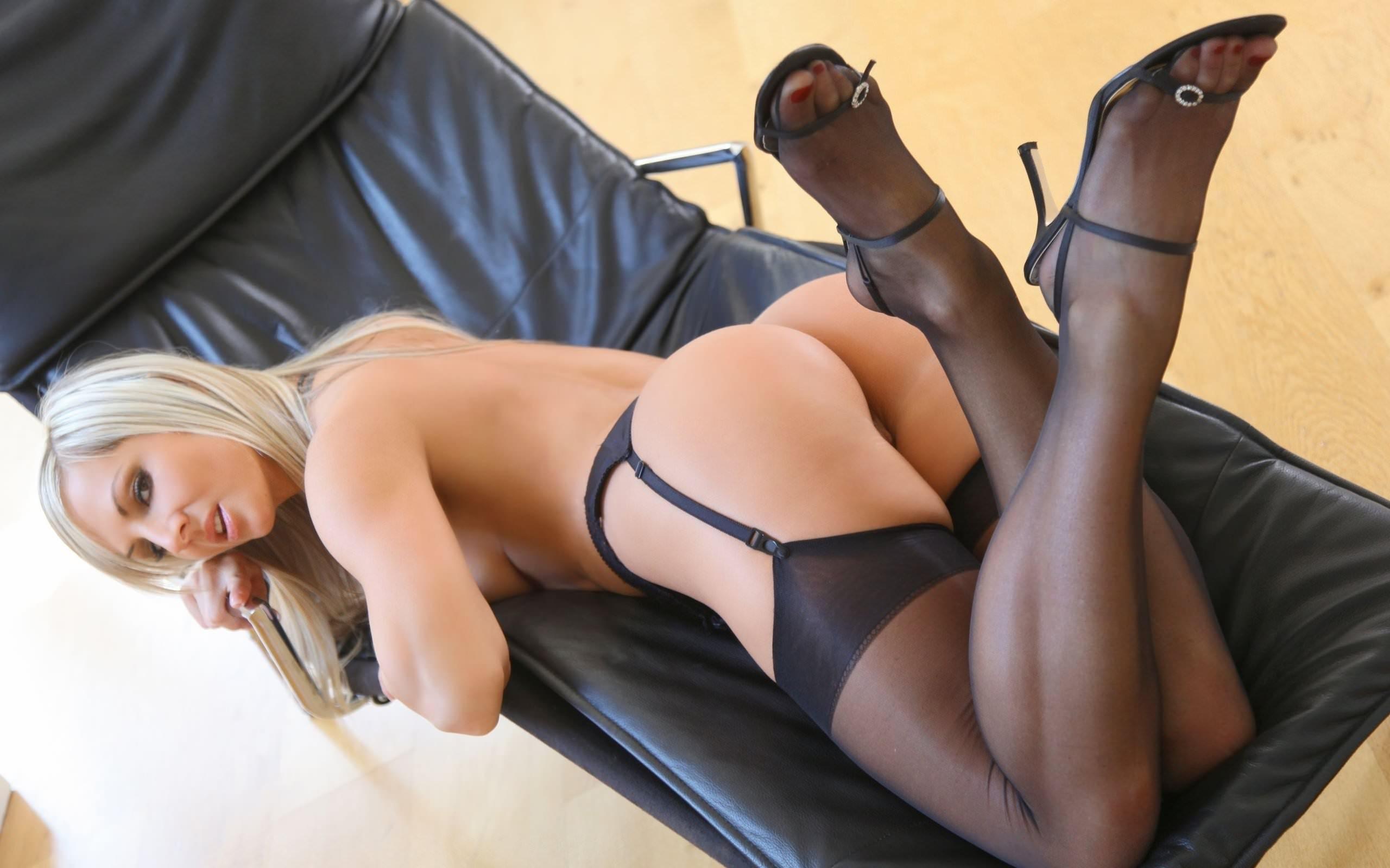 Фото Блондинка в черных чулках на подвязках, голая сочная попка, девушка на черном кресле. Black stockings, blonde on a black chair, ass, legs, suspenders, скачать картинку бесплатно