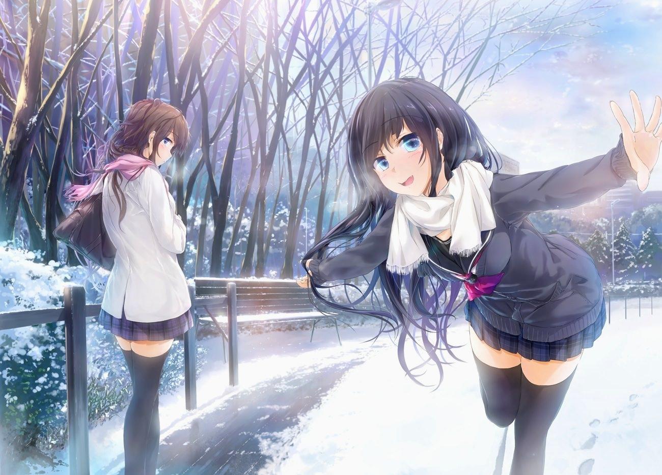 Фото Обаятельная брюнетка дурачится в парке зимой, хорошее настроение, пробегает по первому снегу мимо девушки, скачать картинку бесплатно
